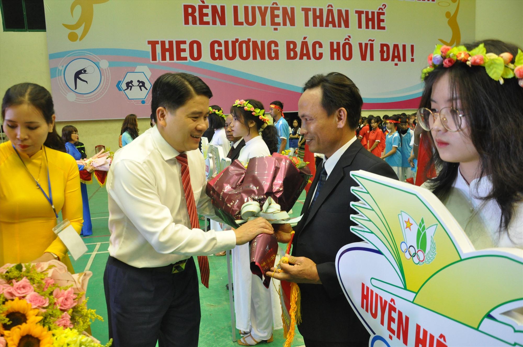 Phó Chủ tịch UBND tỉnh Trần Văn Tân động viên các đoàn tham gia HKPĐ tỉnh. Ảnh: X.P