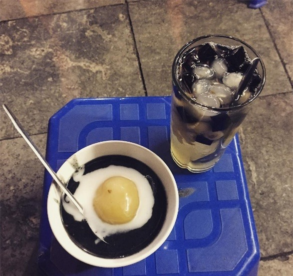 Chi ma phu (Black sesame soup) has a special flavour that is attractive to visitors. As its name, the main ingredient of Chi ma phu is black sesame. It is enjoyed with the first water of coconut juice.