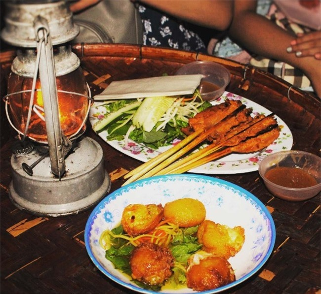 Grilled meat rolls It is really regrettable to ignore this street food in Hoi An. Grilled meat rolls are always pleasing those who enjoy it.
