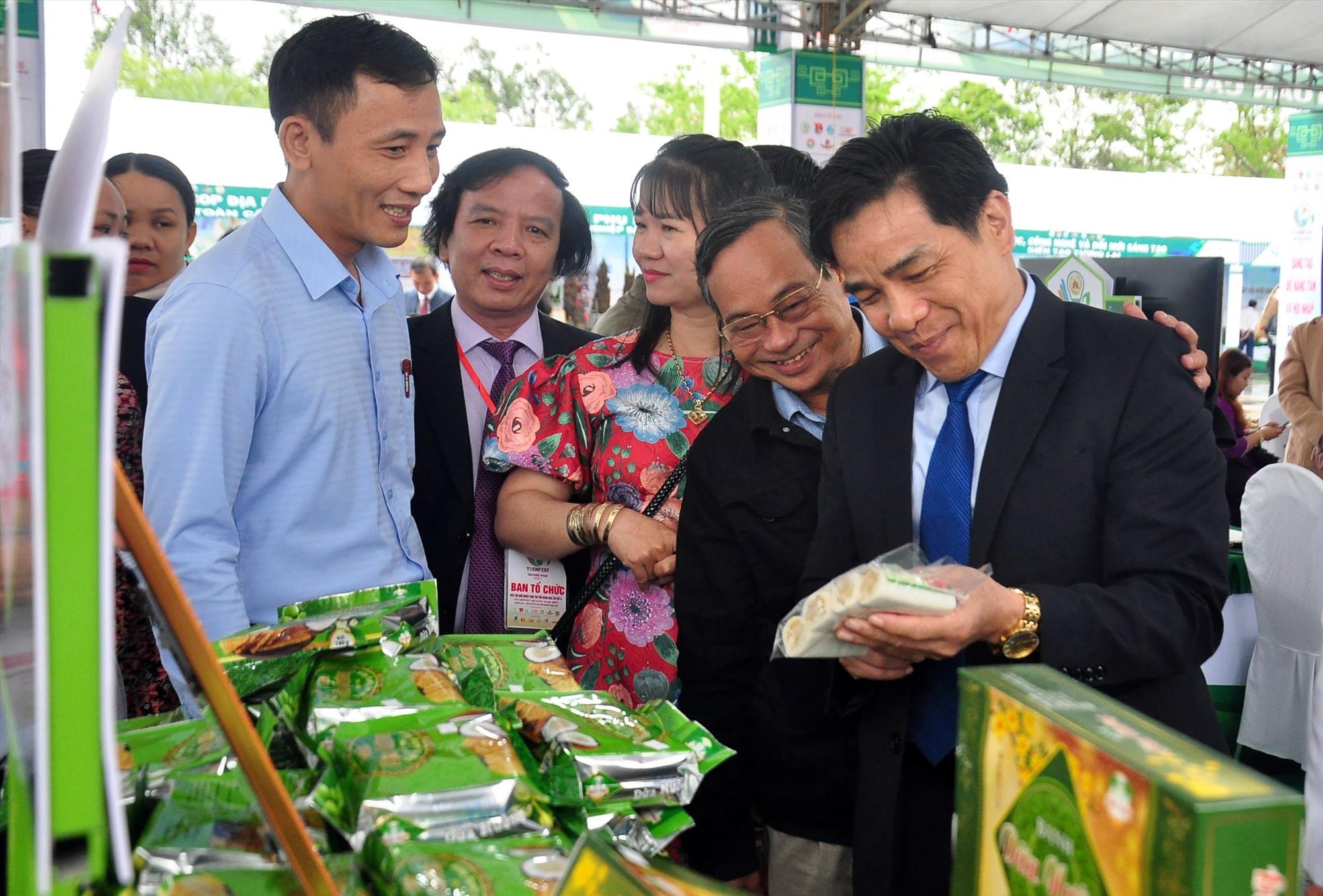 Phó Bí thư Thường trực Tỉnh ủy Lê Văn Dũng thăm các gian hàng giới thiệu sản phẩm tại sự kiện. Ảnh: C.V