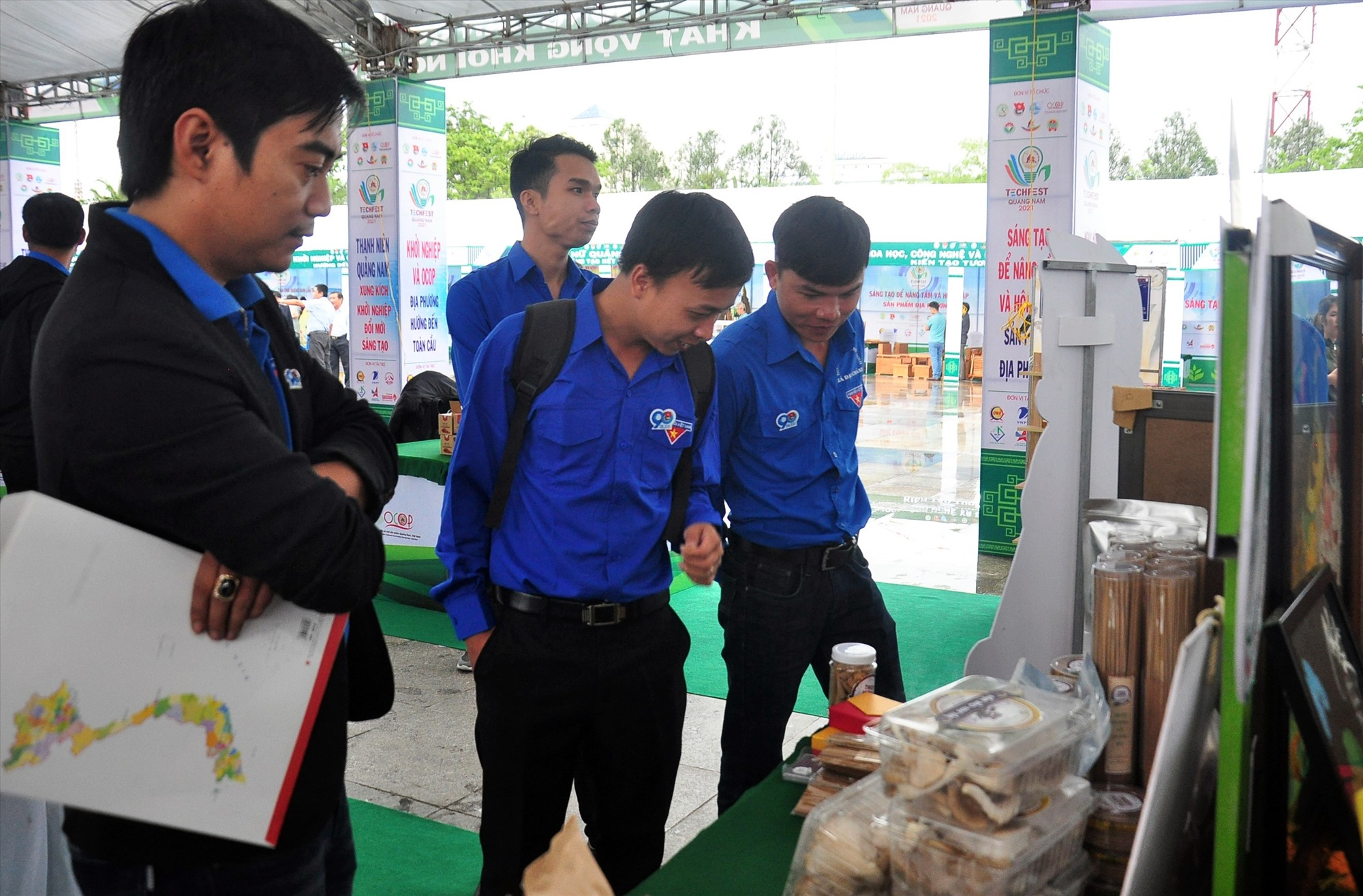 Tham quan gian trưng bày sản phẩm khởi nghiệp thanh niên tại Ngày hội Khởi nghiệp Quảng Nam lần thứ 2. Ảnh: V.A