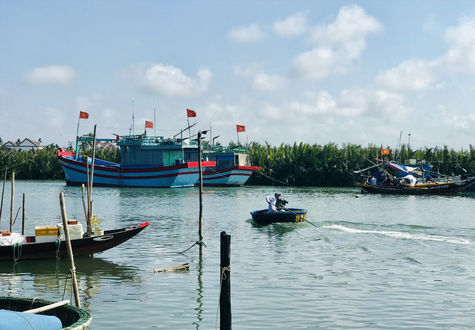 Xoay xở bằng nghề biển truyền thống giúp người dân Cẩm Thanh có nguồn thu nhập để trang trải trong thời gian khó khăn vừa qua. Ảnh: H.S