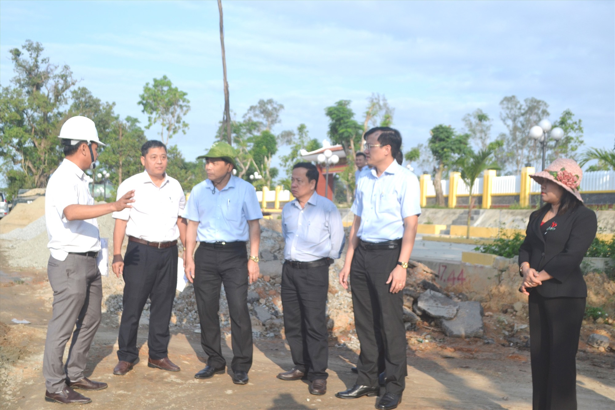 Đồng chí Lê Văn Dũng (thứ 3 từ trái sang) kiểm tra thực tế ách tắc GPMB tại xã Tam Thái. Ảnh: CT