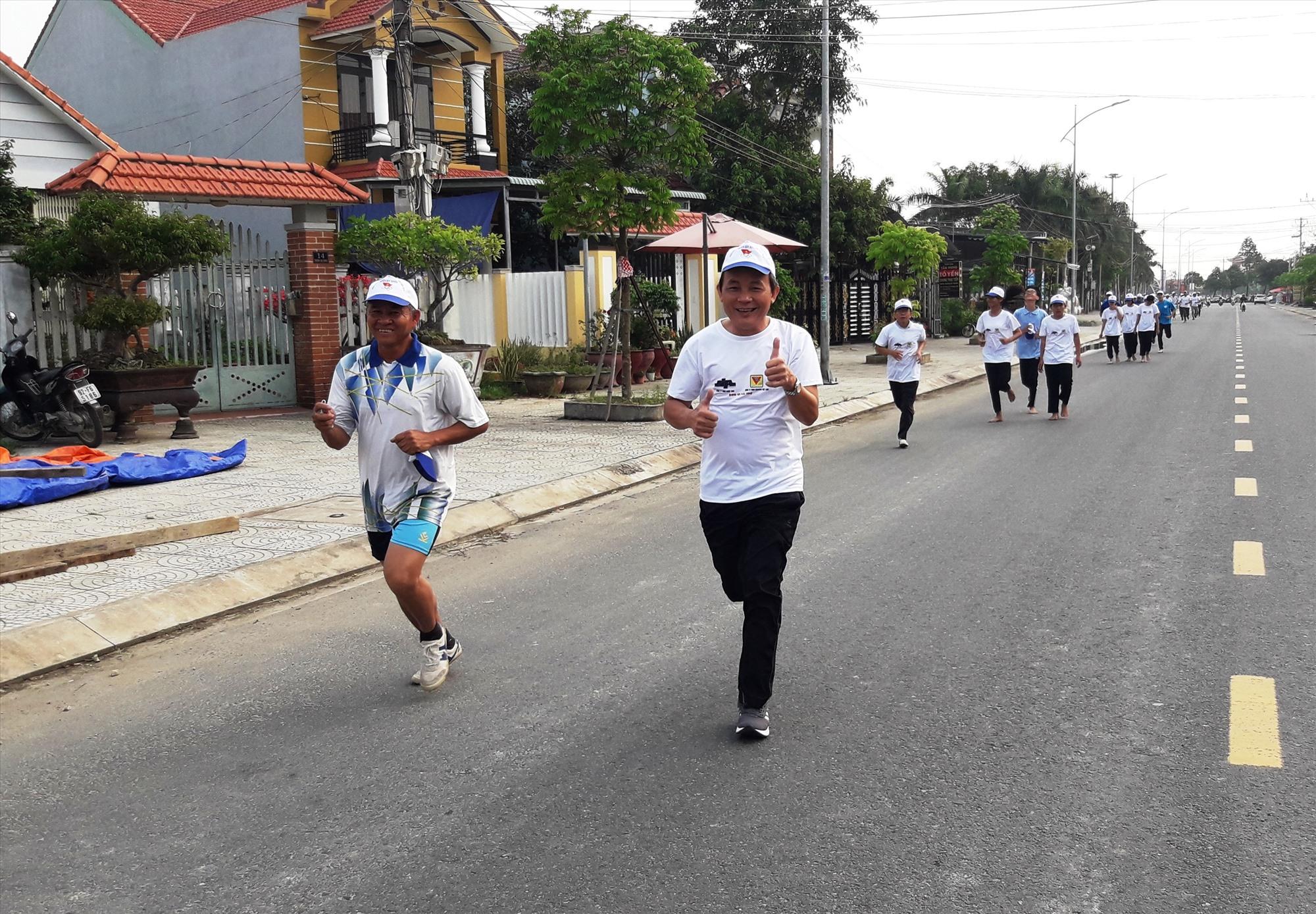 Gần 800 vận động viên tham gia chạy Olympic vì sức khỏe toàn dân. Ảnh: T.L