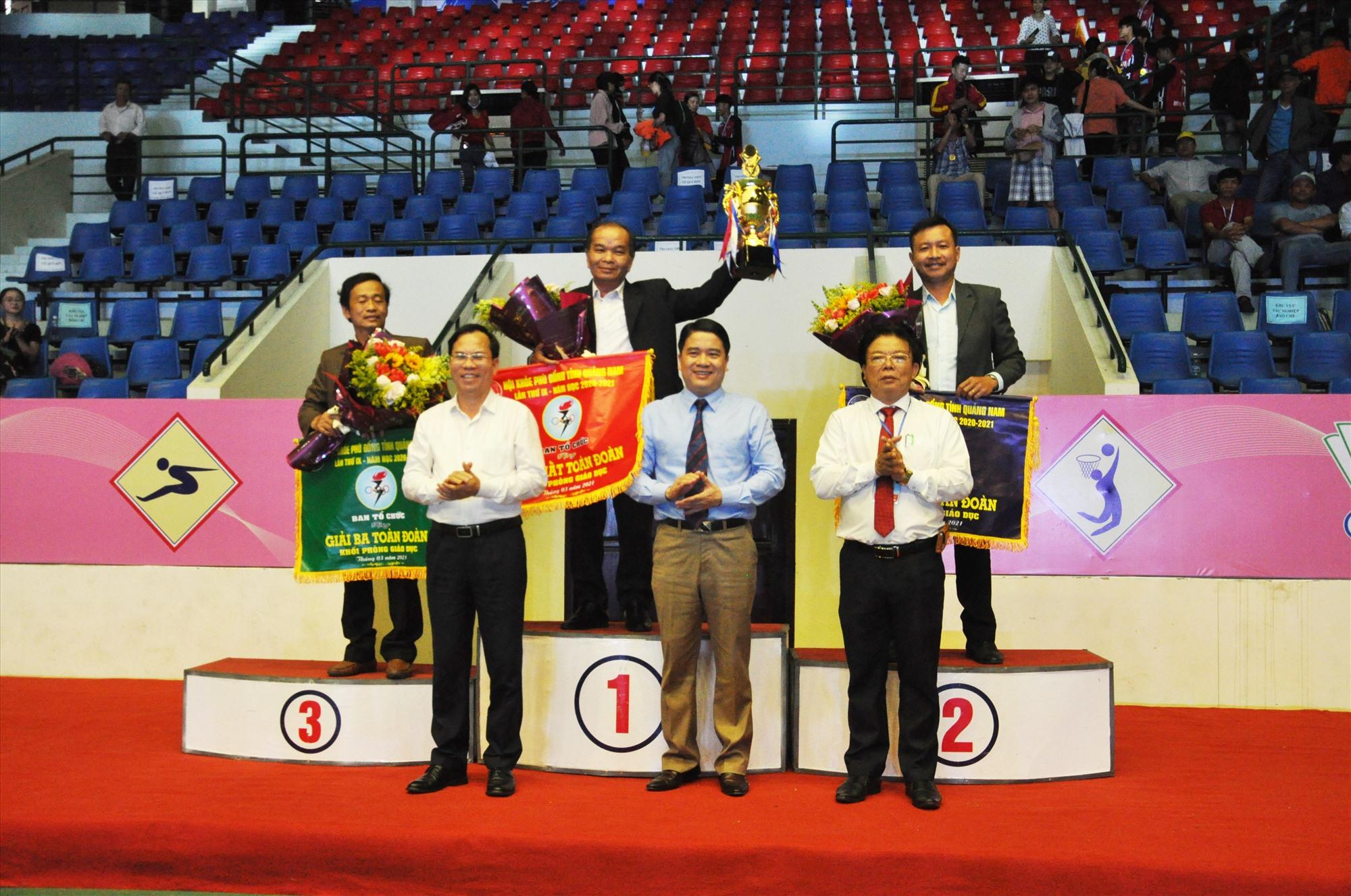 Phòng GD-ĐT, Điện Bàn, Tam Kỳ, Phú Ninh nhận giải toàn đoàn. Ảnh: X.P
