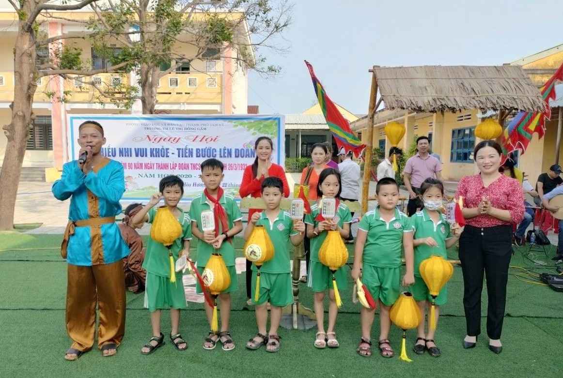Học sinh Trường Tiểu học Lê Thị Hồng Gấm (Tam Kỳ) trải chơi bài chòi. Ảnh: T.H