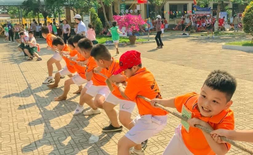 Học sinh tham gia trò chơi dân gian trong ngày hội. Ảnh: C.N