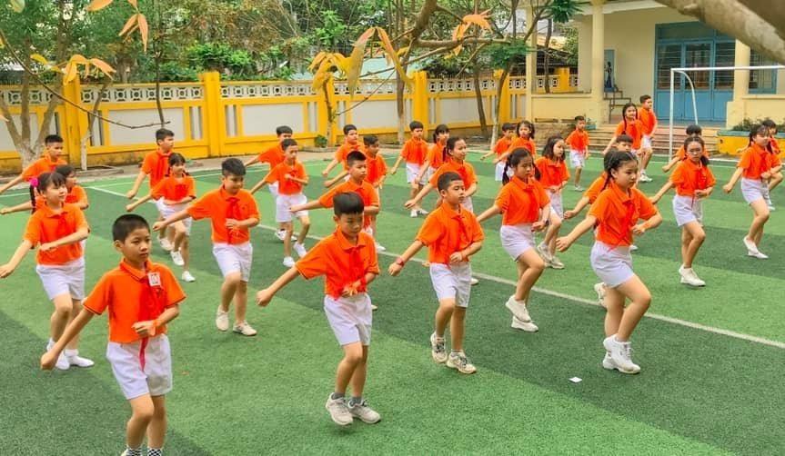 Múa hát tập thể ở Trường Tiểu học Kim Đồng (Tam Kỳ). Ảnh: C.N