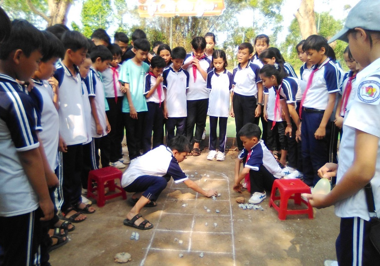 Học sinh Trường THCS Lương Thế Vinh với trò chơi dân gian. Ảnh: N.V.DƯƠNG