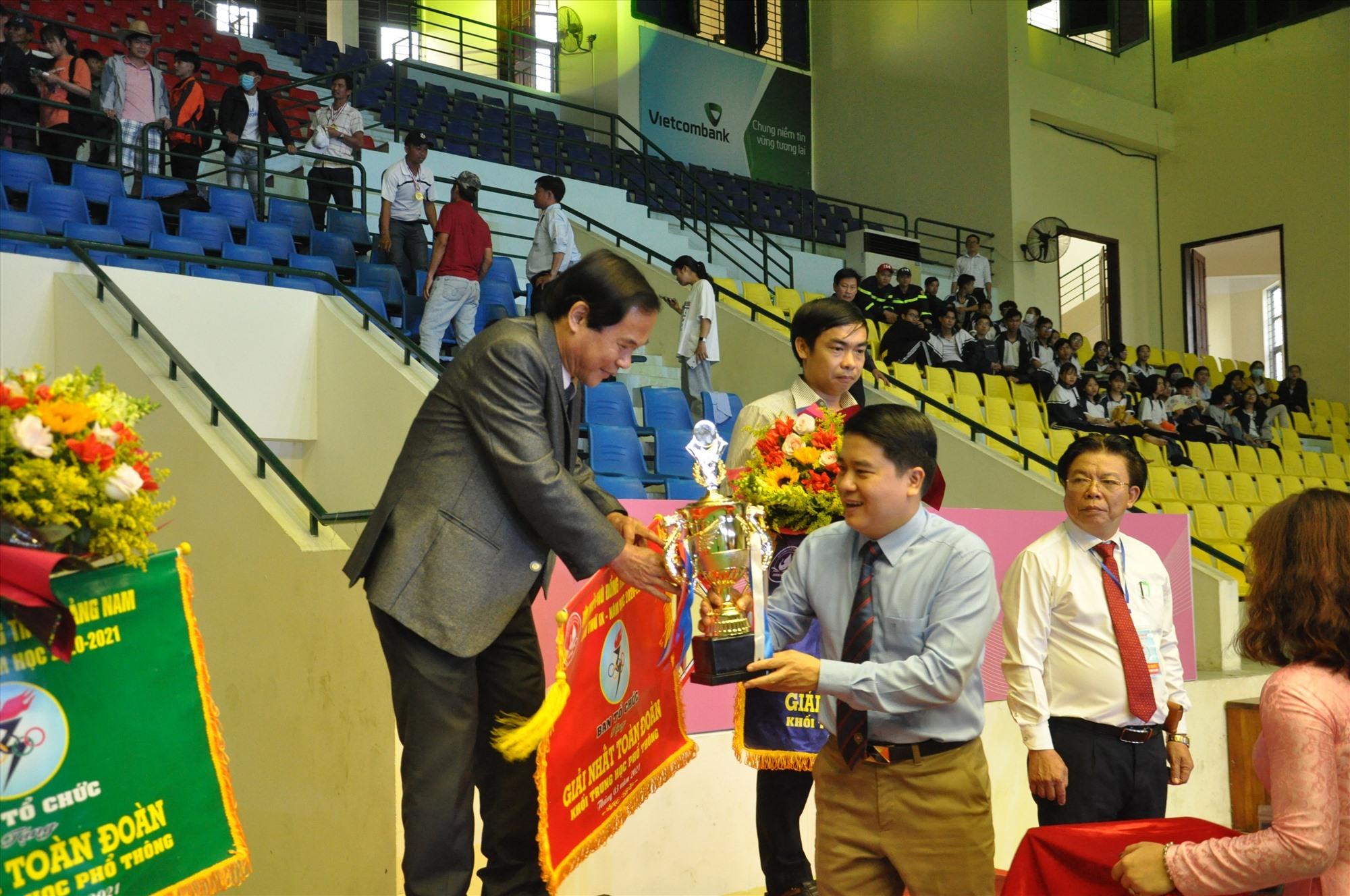 Phó Chủ tịch UBND tỉnh Trần Văn Tân trao cúp vô địch toàn đoàn cho Trường THPT chuyên Nguyễn Bỉnh Khiêm. Ảnh: X.P