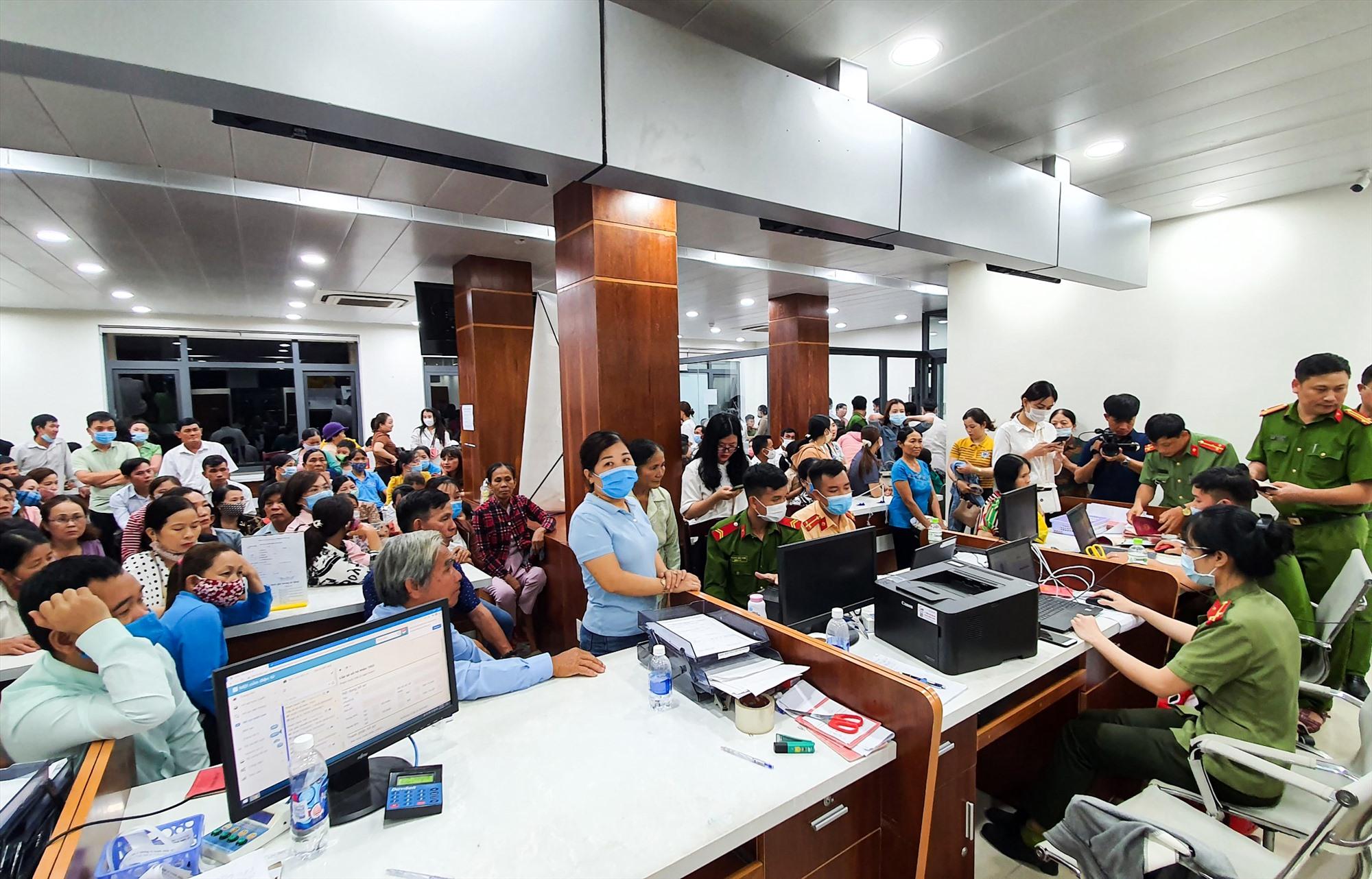 Gần 9 giờ đêm vẫn còn rất đông người đến trụ sở Trung tâm hành chính công TP.Tam Kỳ để làm thủ tục cấp CCCD.