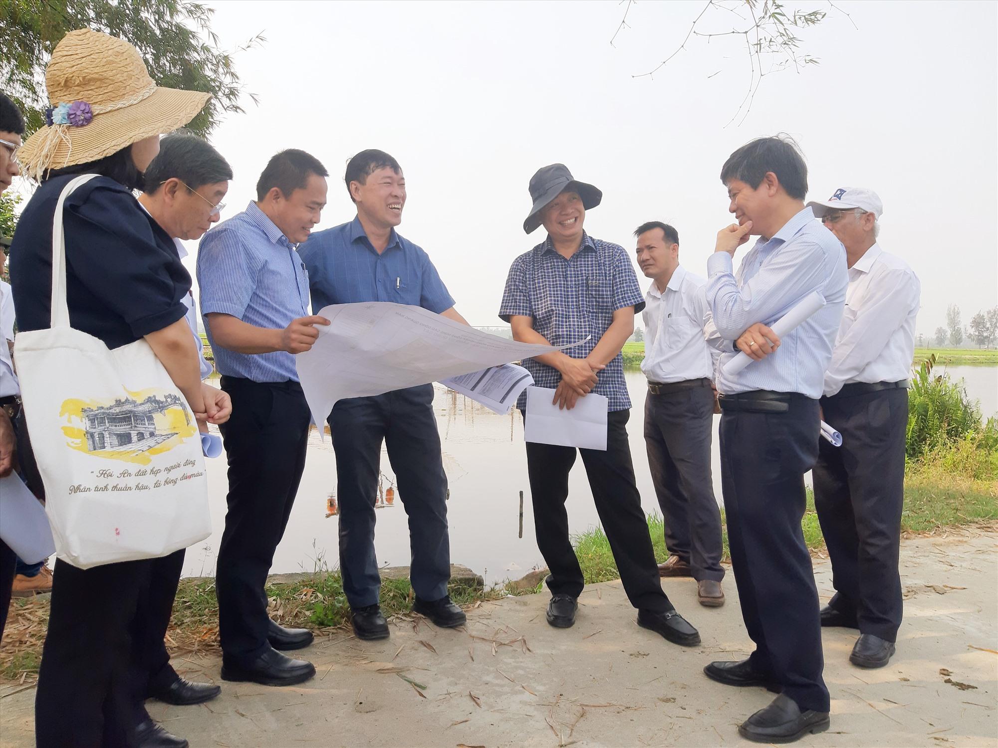 Đoàn công tác của tỉnh khảo sát địa điểm dự kiến đầu tư dự án Khu nông nghiệp công nghệ cao Đông Quảng Nam tại xã Bình Dương (Thăng Bình). Ảnh: VĂN SỰ