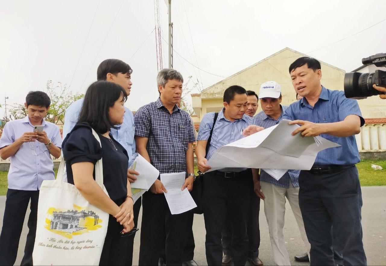Phó Chủ tịch UBND tỉnh Hồ Quang Bửu nghe đơn vị tư vấn báo cáo về dự án Công viên nông nghiệp công nghệ cao tại xã Điện Hòa (Điện Bàn).    Ảnh: VĂN SỰ