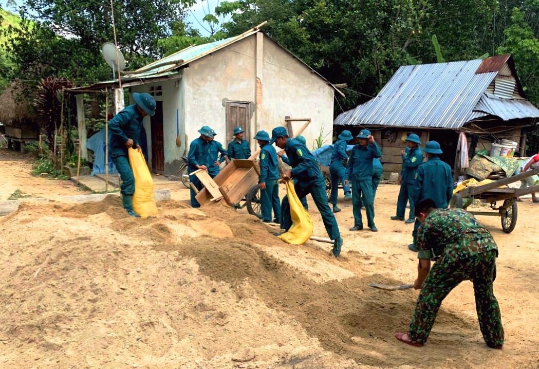 Nhiều hoạt động giúp dân được triển khai lồng ghép trong đợt huấn luyện dân quân năm 2021 ở vùng cao. Ảnh: Đ.N
