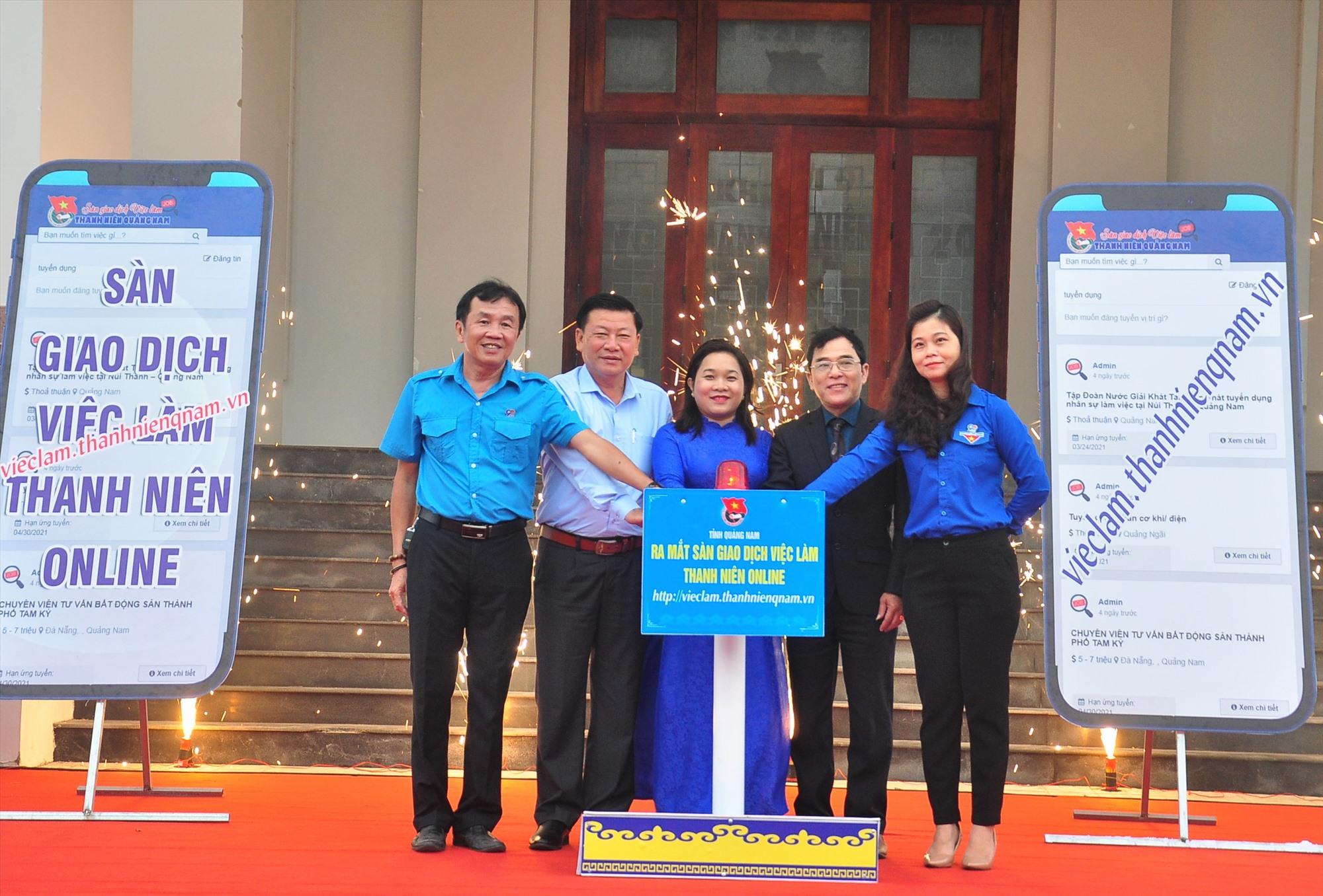 Các đại biểu thực hiện nghi thức khai trang Sàn giao dịch việc làm thanh niên Quảng Nam online. Ảnh: V.A