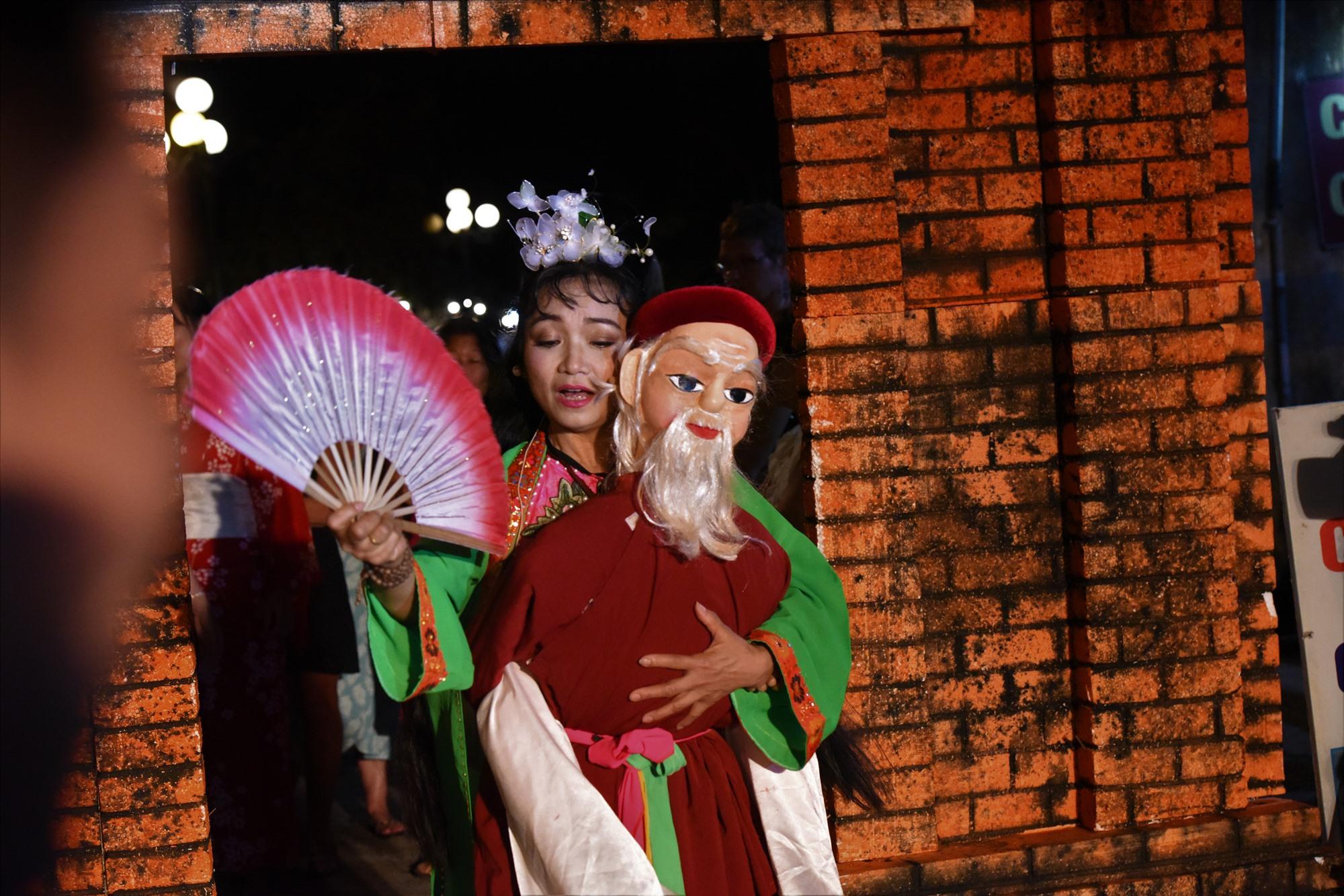 NSND Minh Gái nhập vai người kể chuyện sử về Hội An thông qua nhân vật ông già cõng vợ trẻ đi chơi phố Hội.