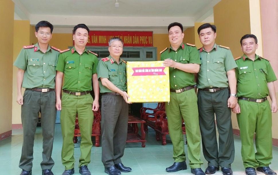 Thiếu tướng Nguyễn Đức Dũng, Giám đốc Công an tỉnh (bên trái) tặng quà động viên các cán bộ chiến sĩ công an huyện Tây Giang