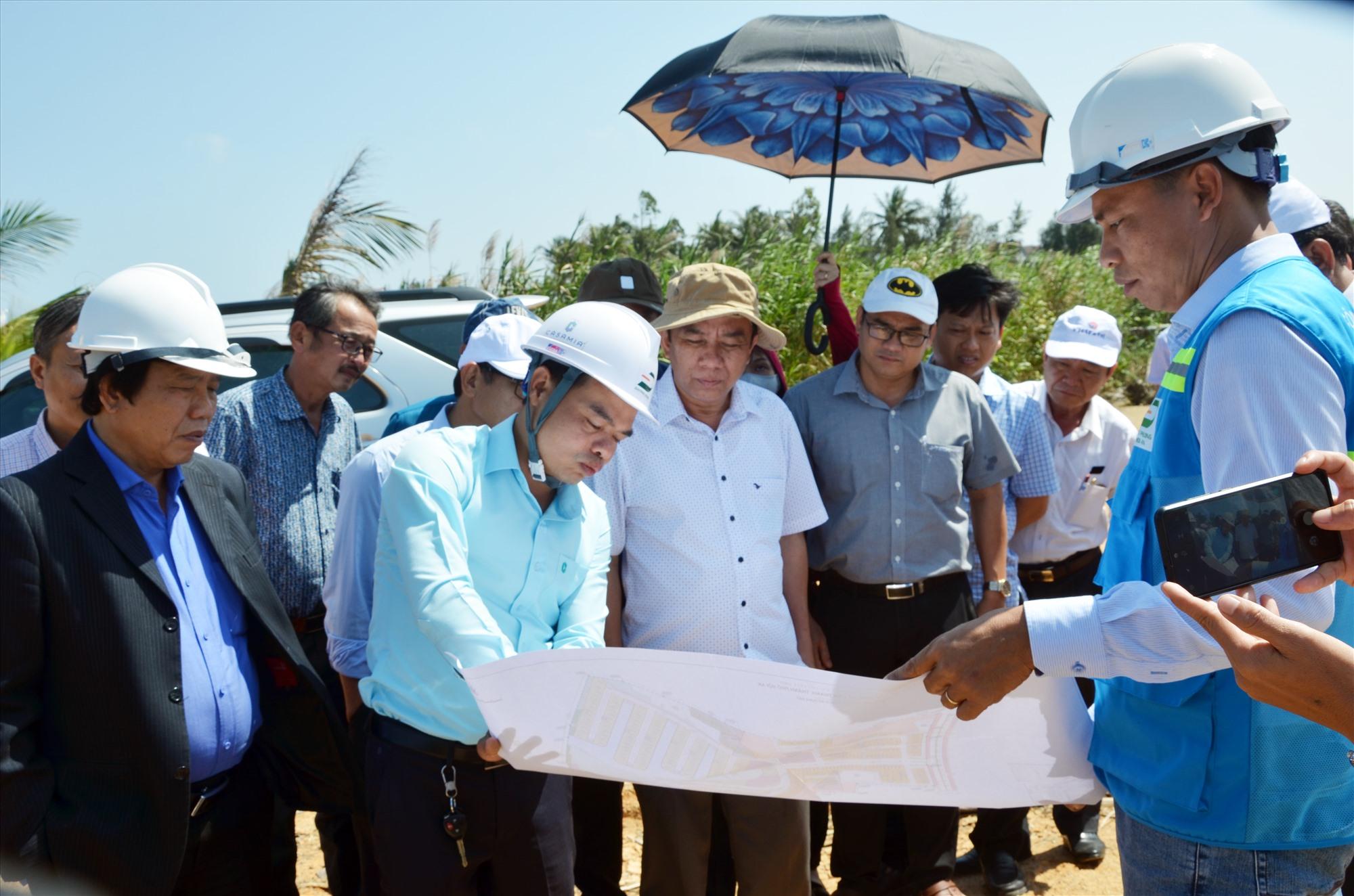 Đoàn công tác HĐND tỉnh khảo sát hiện trường tại xã Cẩm Thanh (Hội An). Ảnh: H.PHÚC