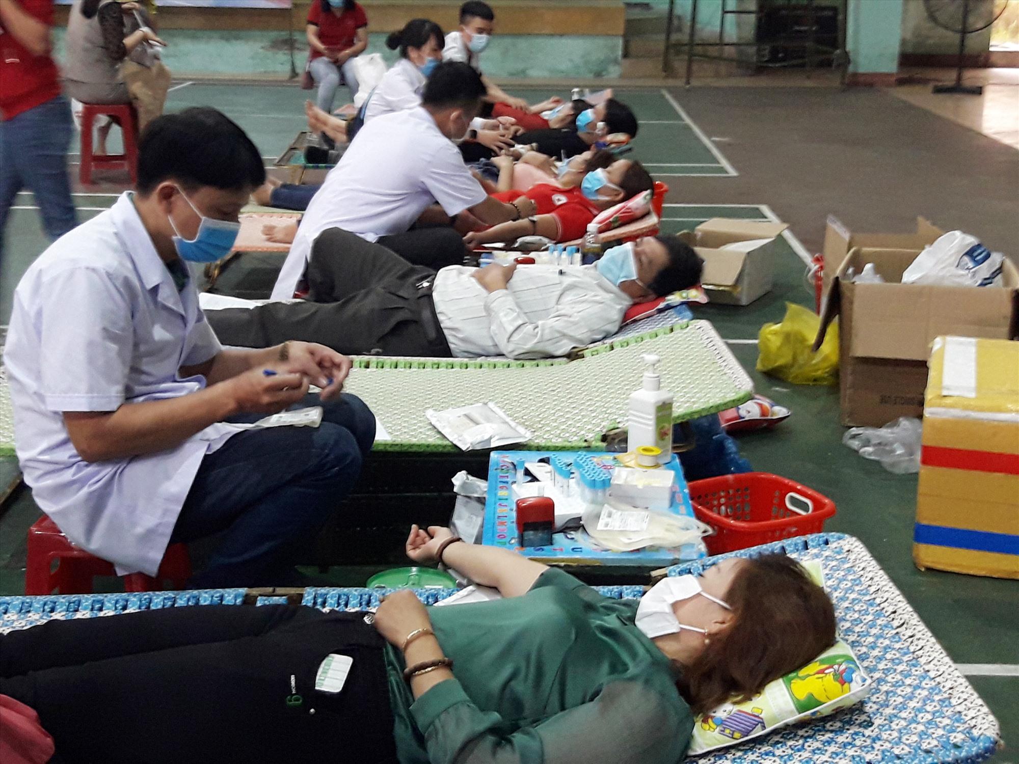 Gần 400 tình nguyện viên tham gia hiến máu tình nguyện.