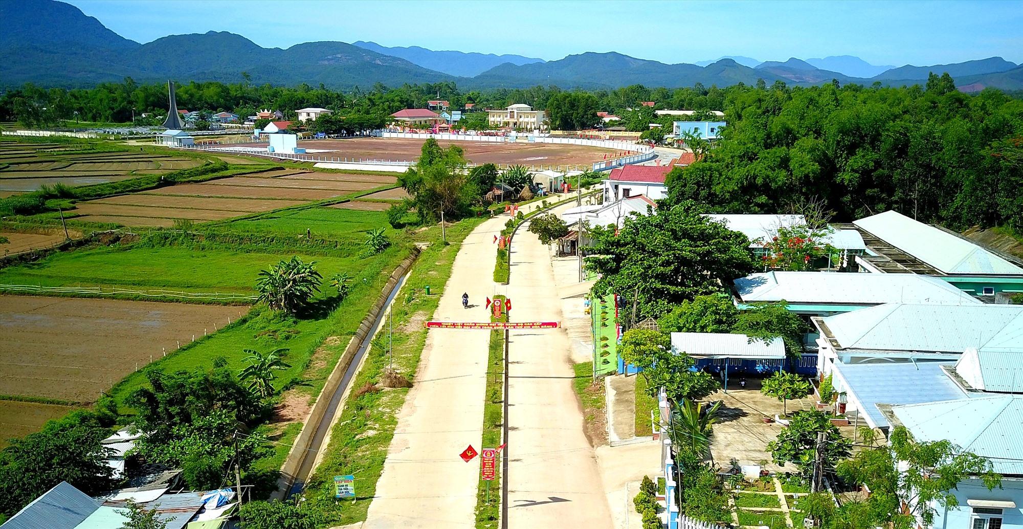 Hạ tầng giao thông nông thôn của xã Duy Tân (Duy Xuyên) được quy hoạch xây dựng khá bài bản. Ảnh: N.P