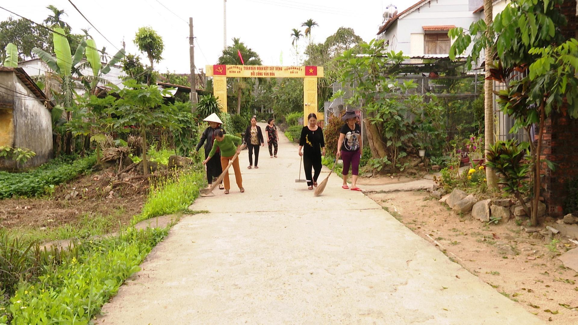 """Các thành viên Câu lạc bộ """"Cộng đồng xanh – sạch – đẹp"""" chi hội phụ nữ thôn Bình An, thị trấn Tiên Kỳ ra quân dọn dẹp, vệ sinh tuyến đường giao thông nông thôn. Ảnh: N.H"""