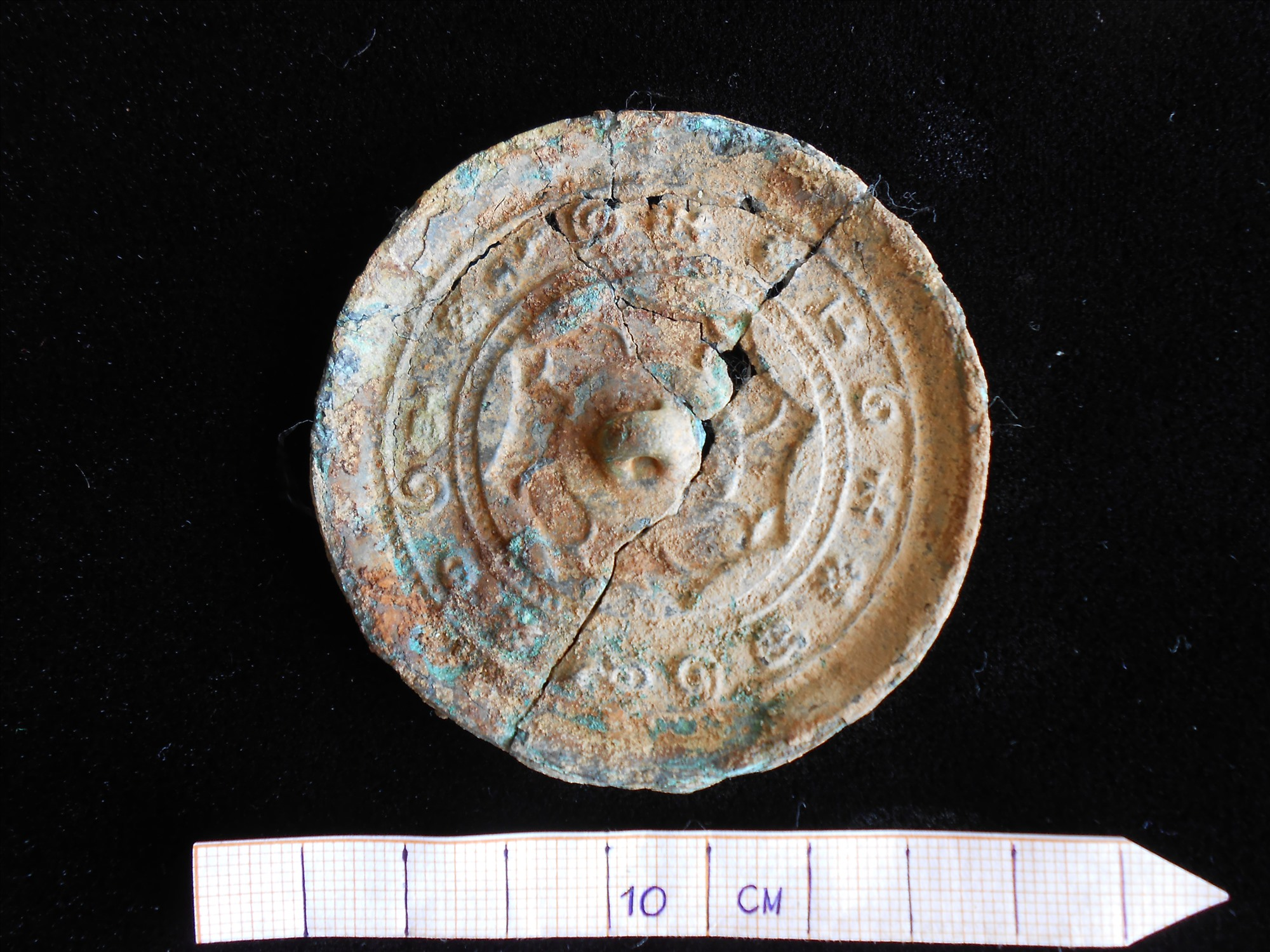 Gương đồng phát hiện tại địa điểm Bình Yên.