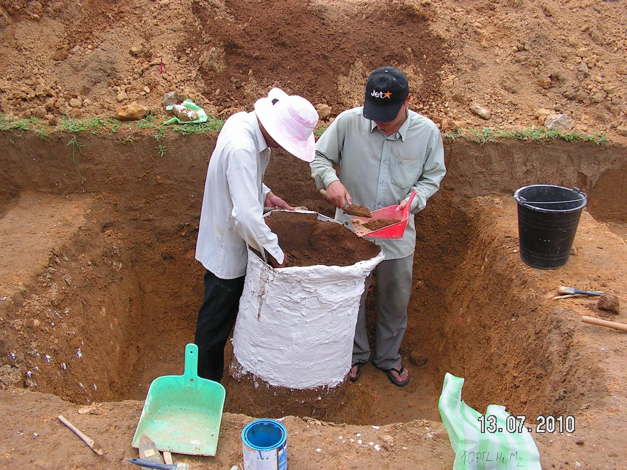 Xử lý mộ chum tại địa điểm Vườn Đình năm 2010.