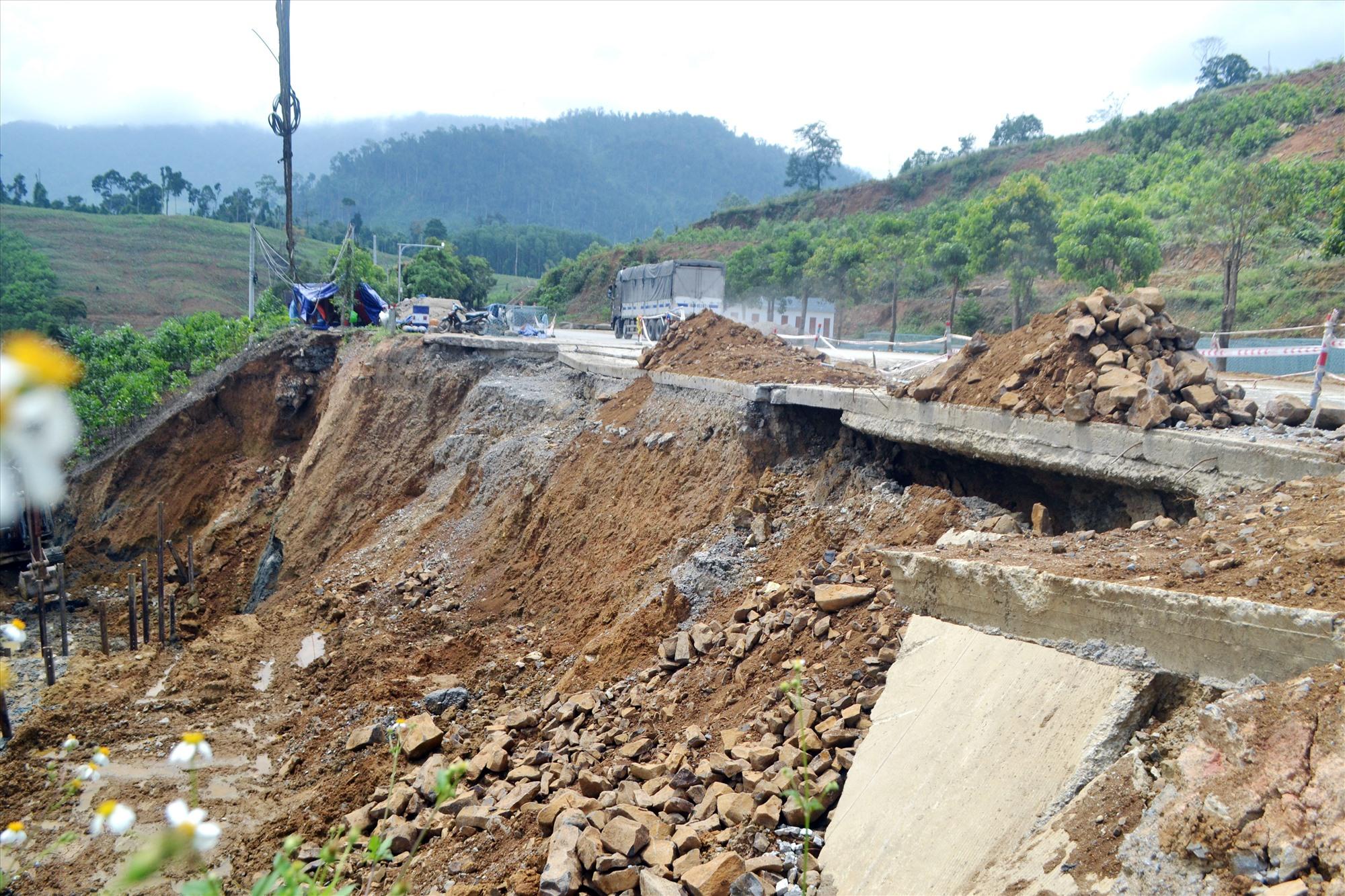 Một điểm bị sạt lở taluy âm đường Hồ Chí Minh, đoạn qua xã Phước Xuân (Phước Sơn) vào mùa mưa năm 2020 chưa được khắc phục xong. Ảnh: C.T