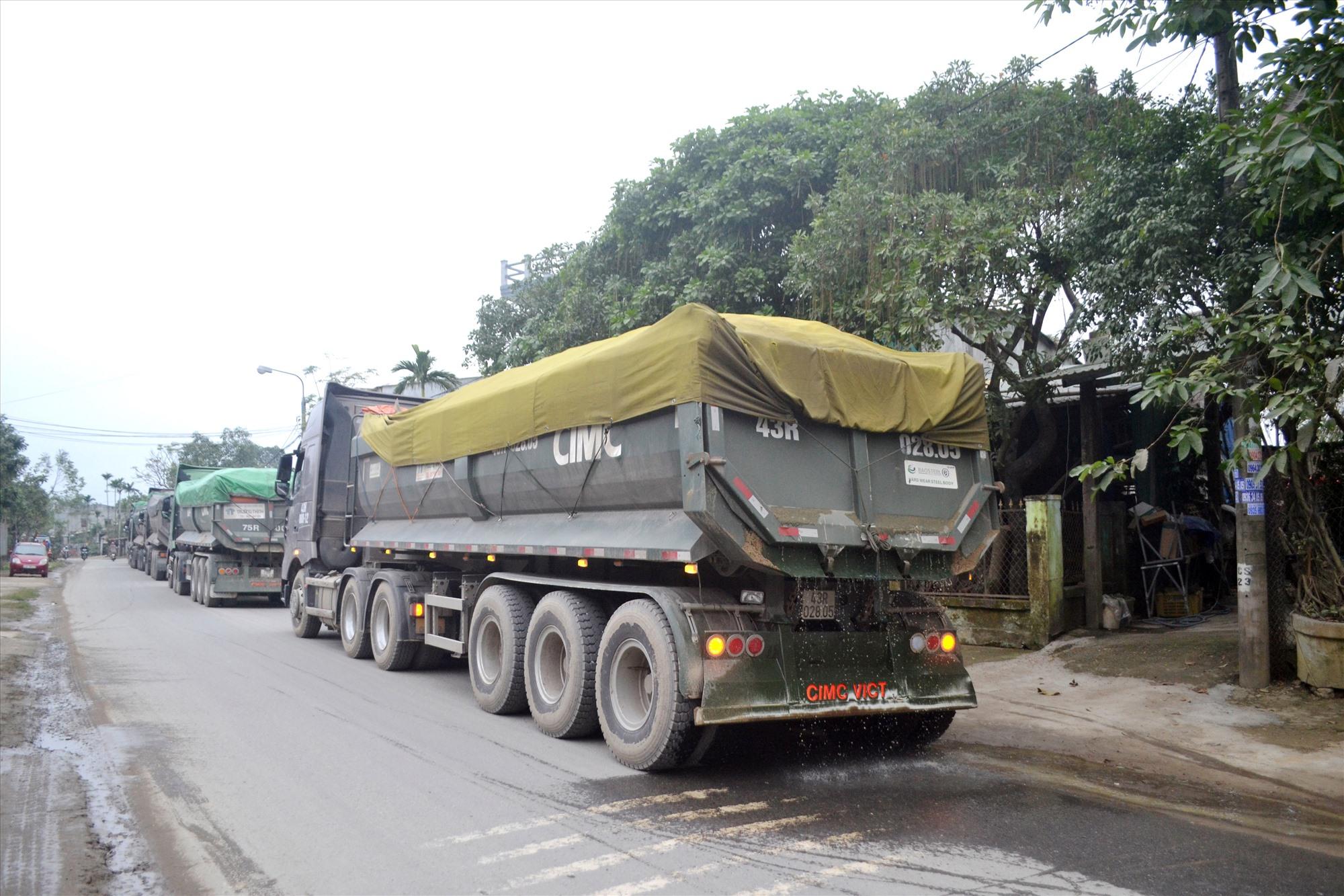 Xe tải chở cát vi phạm tải trọng chạy trên tuyến ĐT609, đường Huỳnh Ngọc Huệ qua Đại Lộc như thế này cần được kiểm soát chặt ngay tại bến, bãi. Ảnh: N.B