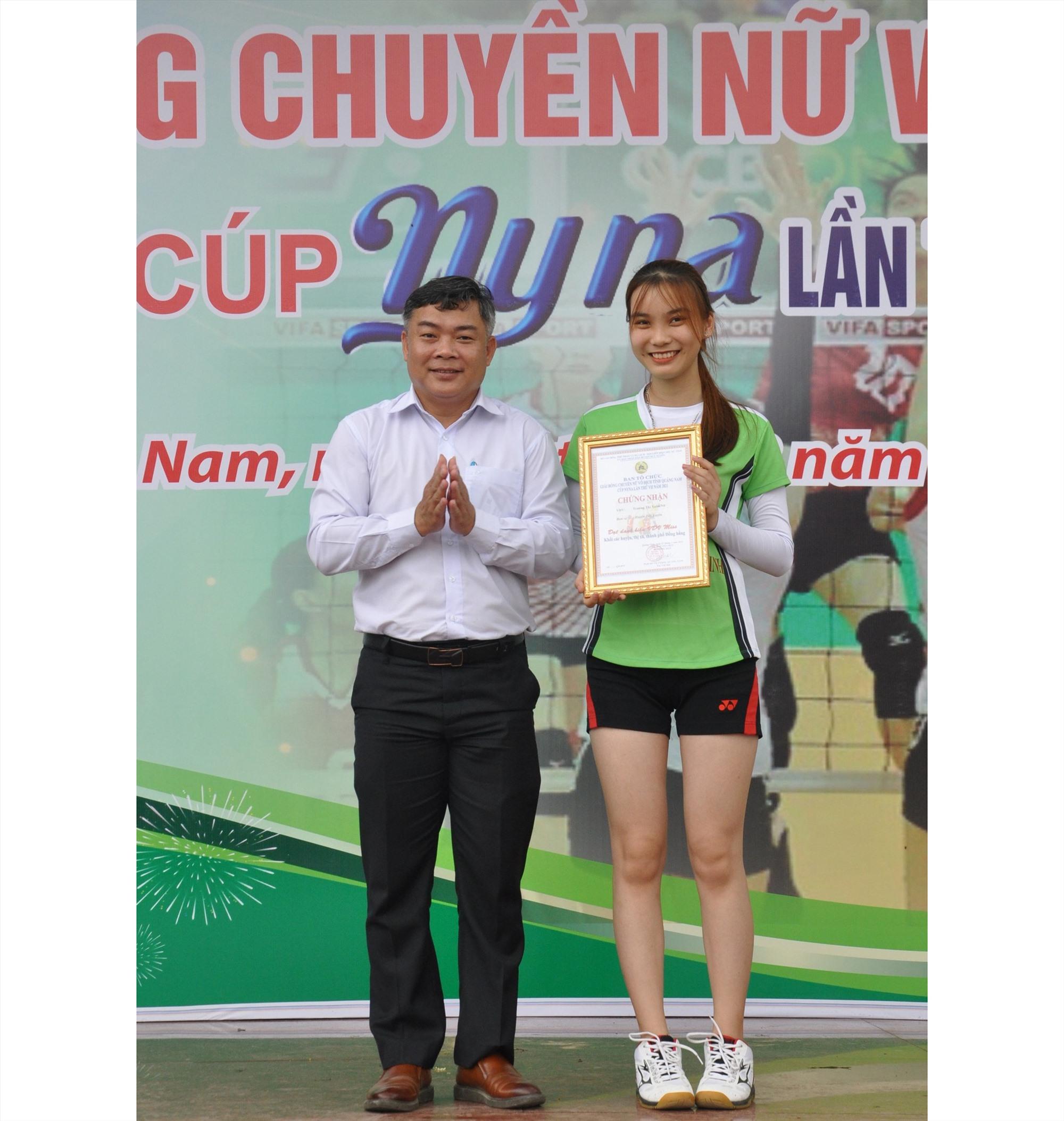 Trương Thị Xuân Nữ (Duy Xuyên) nhận giải miss đồng bằng. Ảnh: T.V