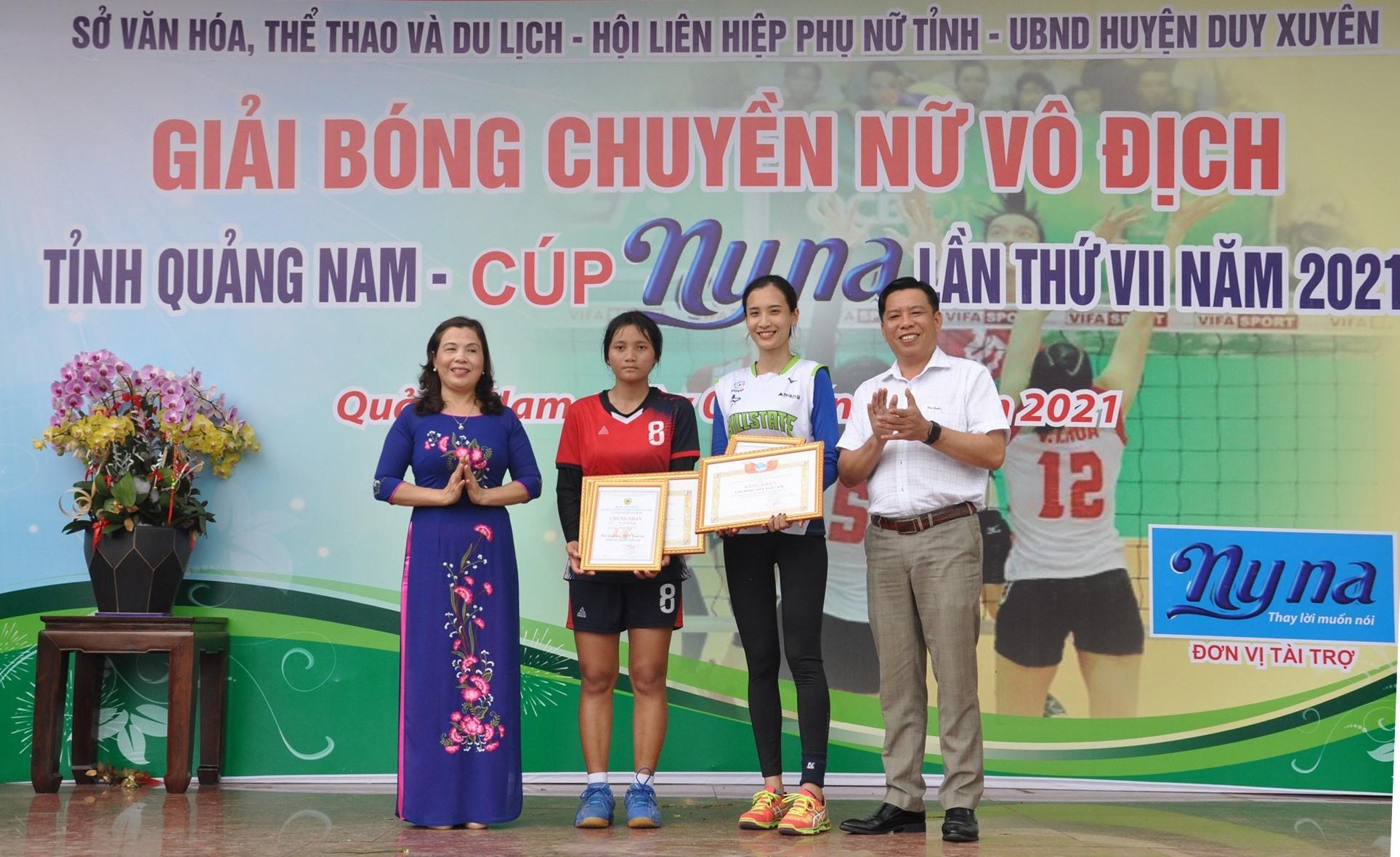 Từ Thị Thu Vân (Tam Kỳ) và Hồ Thị Kim Dung (Bắc Trà My) nhận giải vận động viên xuất sắc nhất. Ảnh: T.V