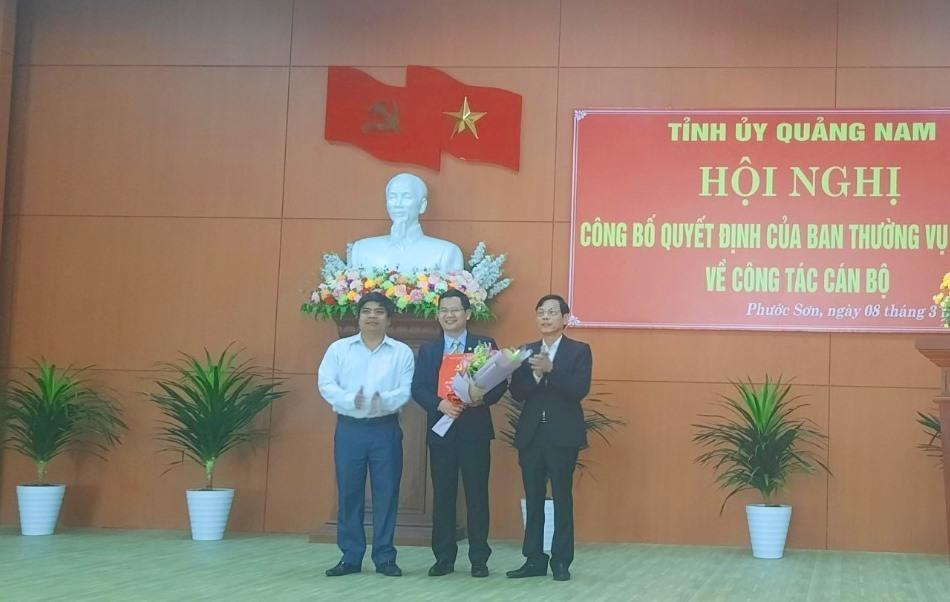 Công bố quyết định điều động và tặng hoa đồng chí Lê Quang Trung. Ảnh: Q.K