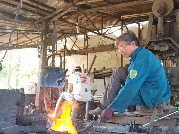 Giữ lửa nghề rèn Hồng Lư. Ảnh: H.TÂN