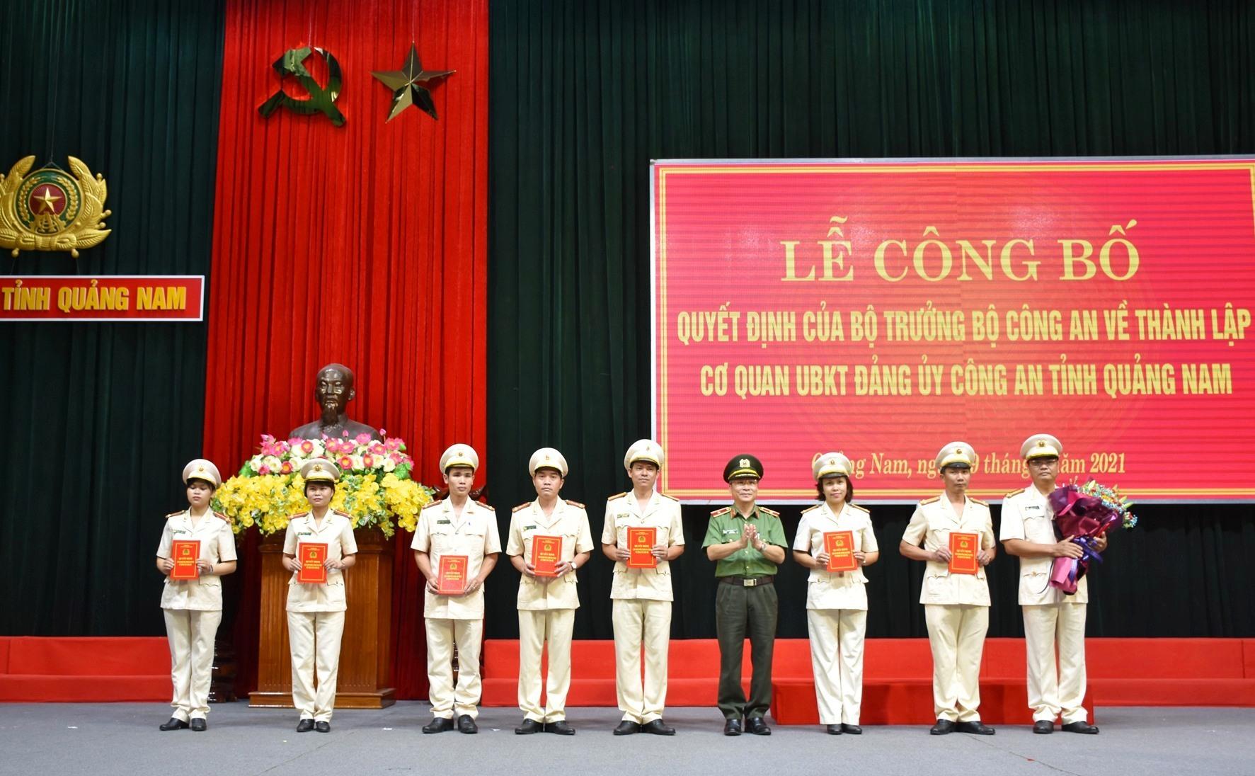 Thiếu tướng Nguyễn Đức Dũng, Giám đốc Công an tỉnh trao Quyết định điều động cán bộ đến nhận công tác tại Cơ quan UBKT Đảng ủy Công an tỉnh. Ảnh: M.T