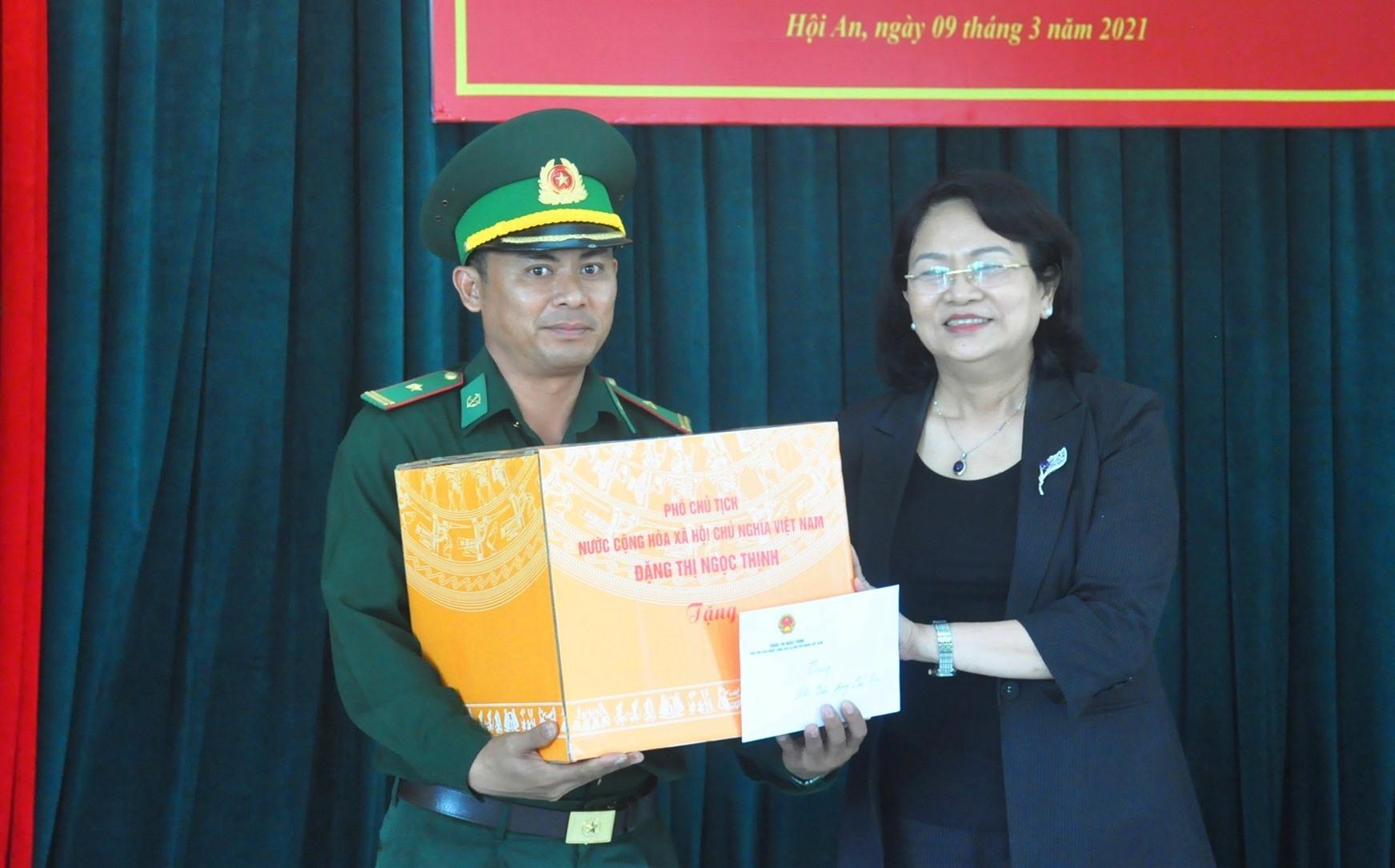 Phó Chủ tịch nước Đặng Thị Ngọc Thịnh tặng quà động viên cán bộ, chiến sĩ Đồn biên phòng Cửa Đại chiều 9.3. Ảnh: N.Đ