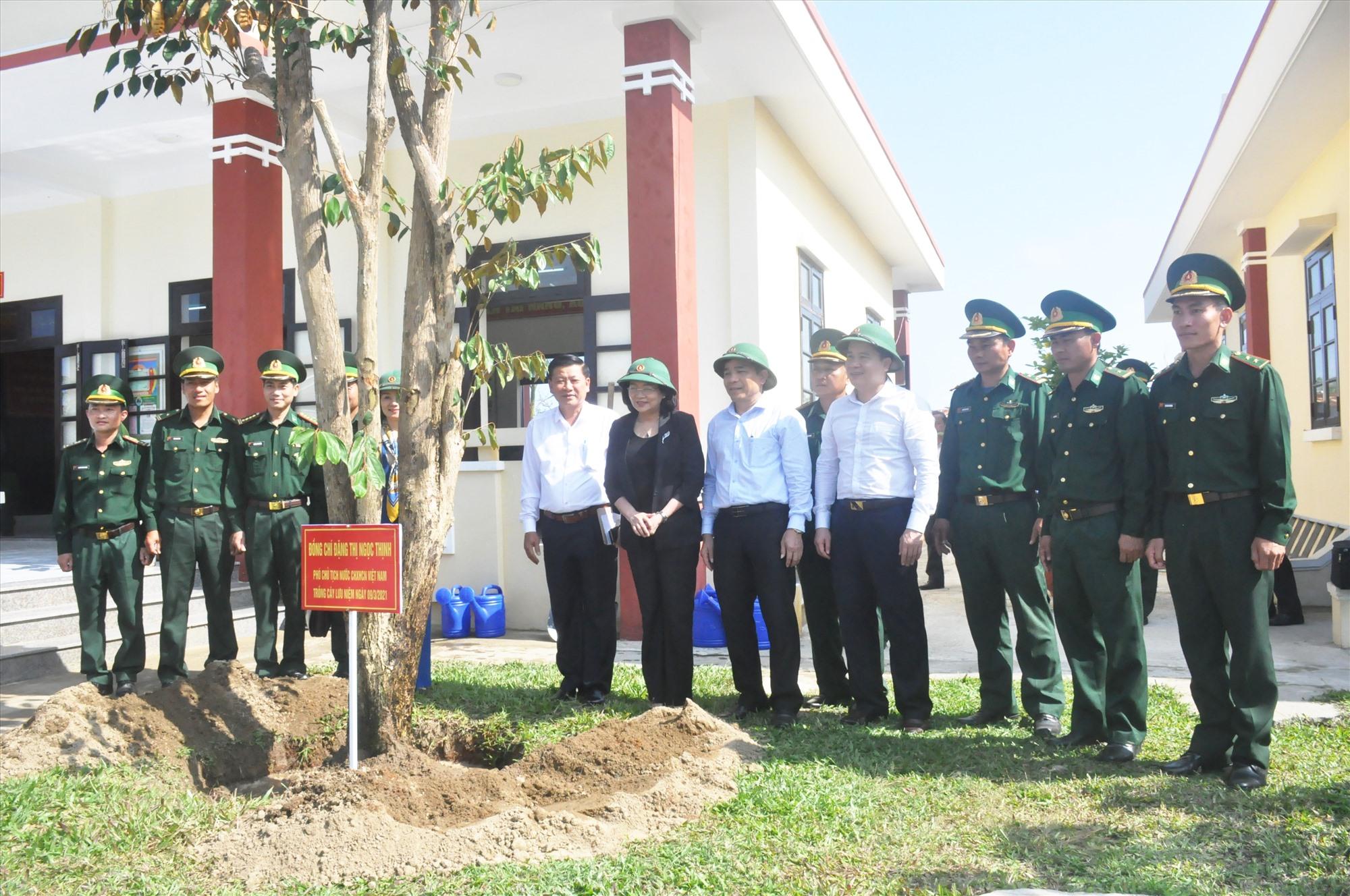 Phó Chủ tịch nước Đặng Thị Ngọc Thịnh cùng các đồng chí lãnh đạo tỉnh trồng cây và chụp hình lưu niệm với cán bộ, chiến sĩ Đồn biên phòng Cửa Đại. Ảnh: N.Đ