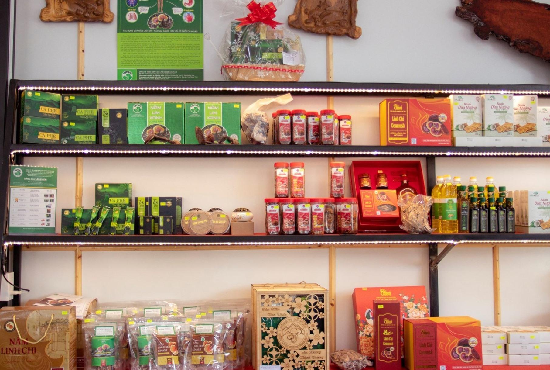 Sản phẩm KN, sản phẩm OCOP Quảng Nam được trưng bày và bán tại quán cà phê KN. Ảnh: H.T