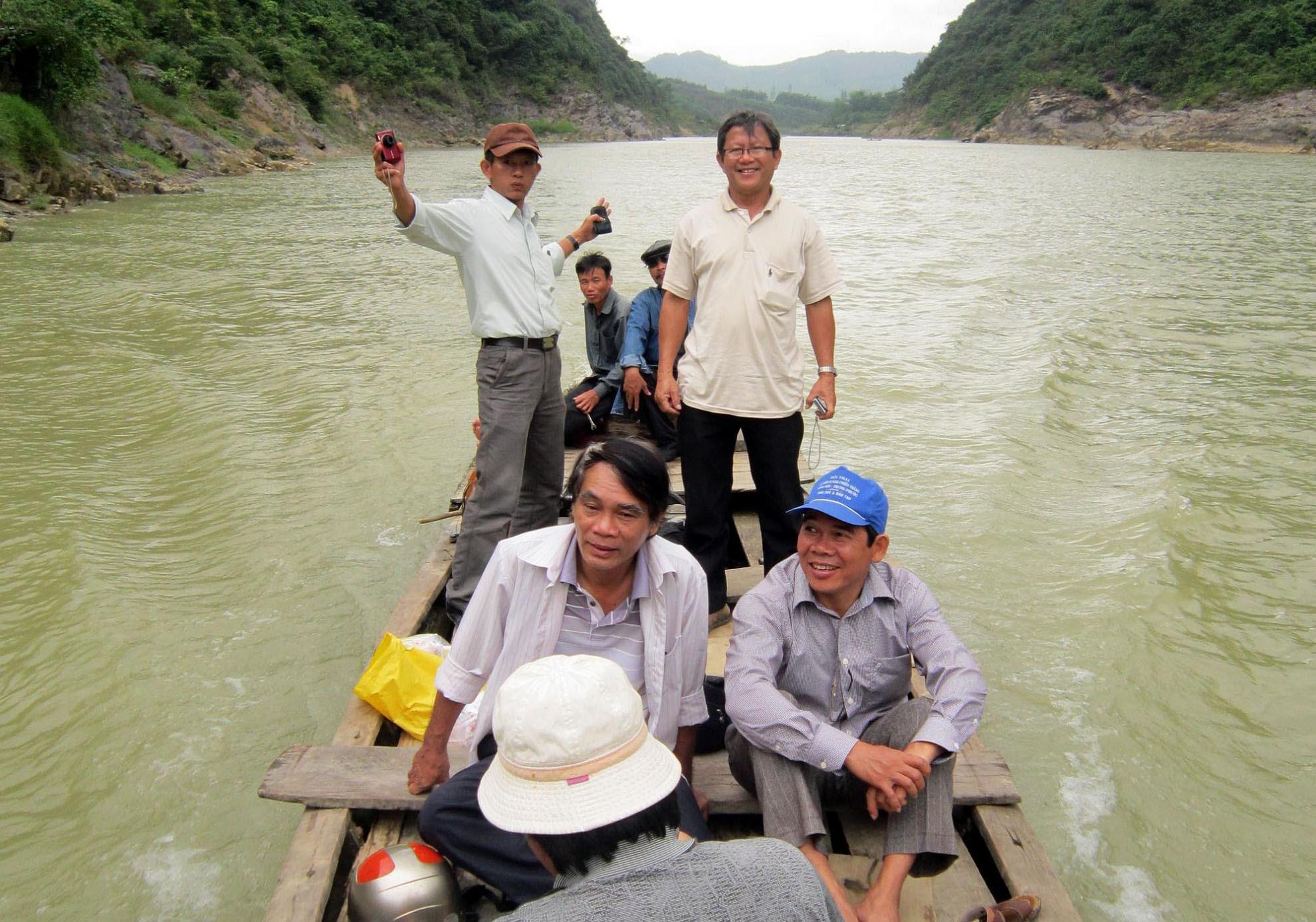 Các văn nghệ sĩ Quảng Nam trong một chuyến đi thực tế sáng tác trên sông Thu Bồn. Ảnh: B.A