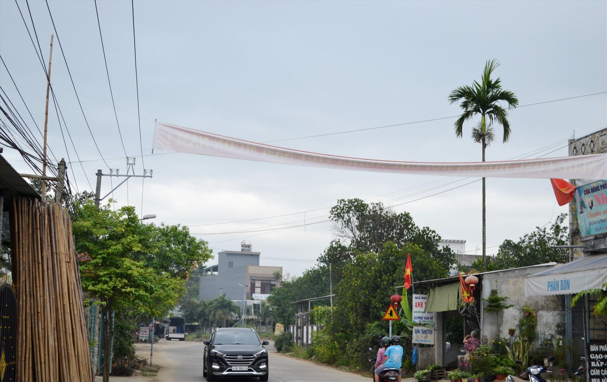 Sở GTVT đề nghị các địa phương tuân thủ quy định khi treo băng rôn trên các tuyến quốc lộ ủy quyền, tỉnh lộ. Ảnh: CT