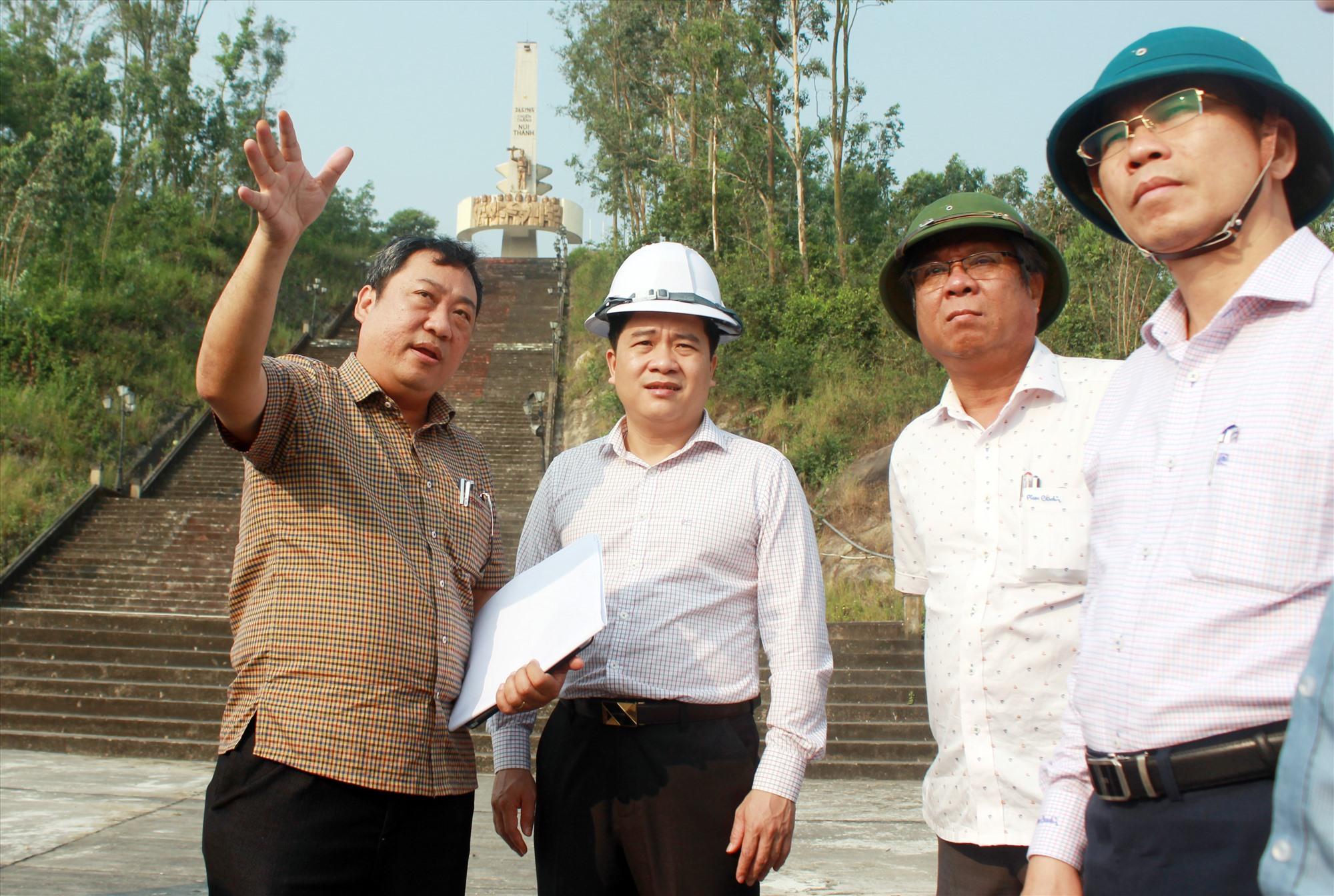 Phó Chủ tịch UBND tỉnh Trần Văn Tân (thứ hai, từ trái sang) kiểm tra hiện trạng di tích tượng đài Chiến thắng Núi Thành. Ảnh: T.C