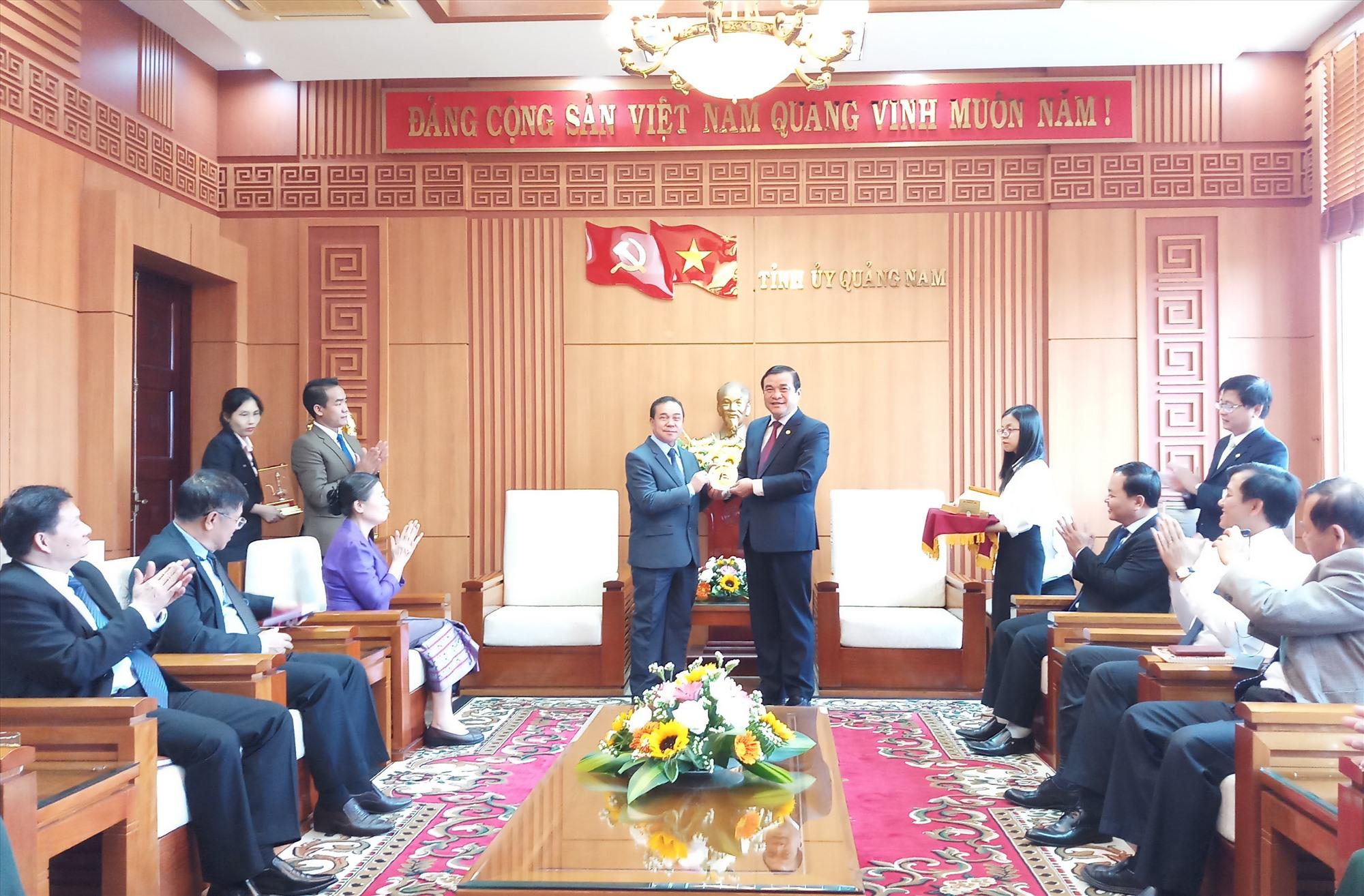 Bí thư Tỉnh ủy Phan Việt Cường tặng quà lưu niệm cho Đại sứ