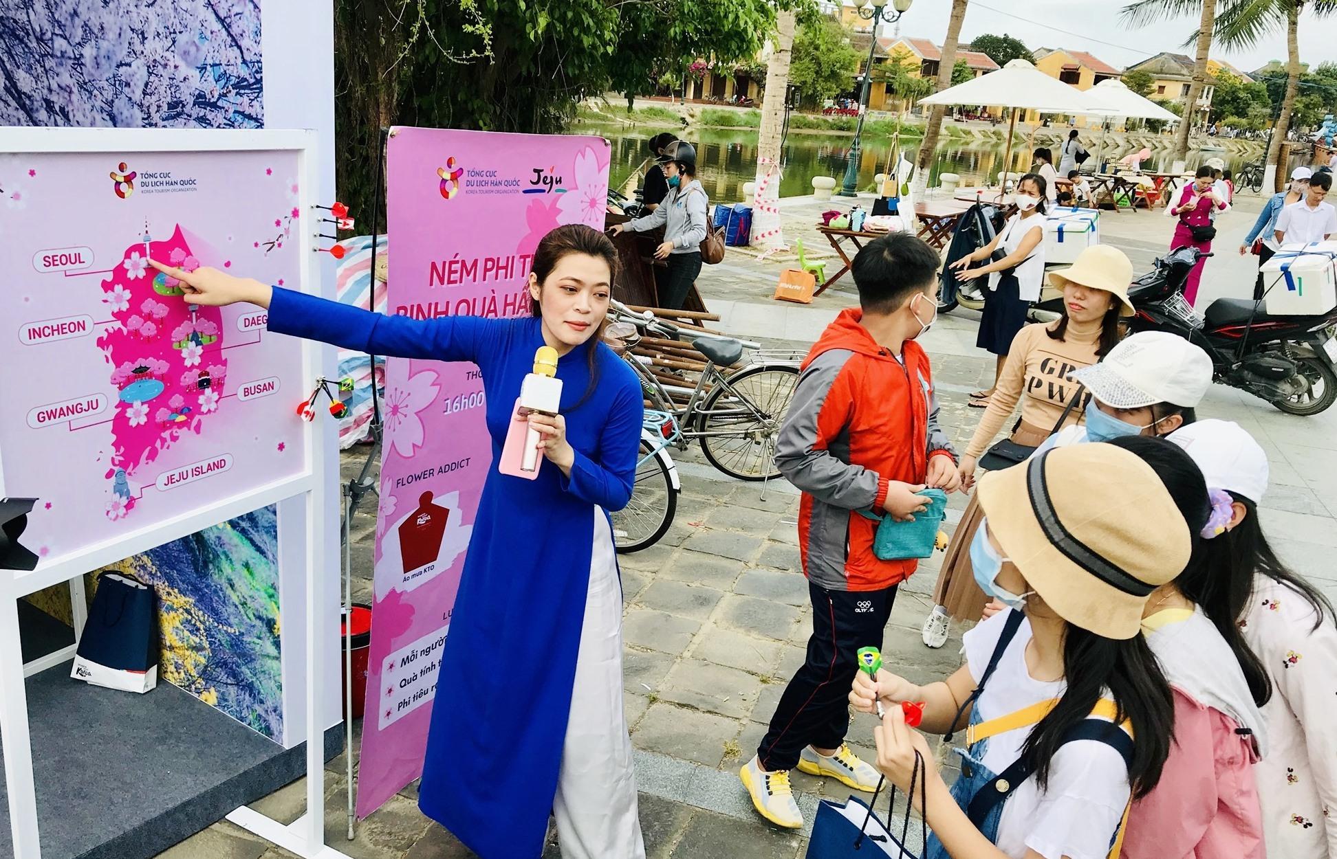 Giới trẻ trải nghiệm bản đồ du lịch Hàn Quốc. Ảnh: T.Q