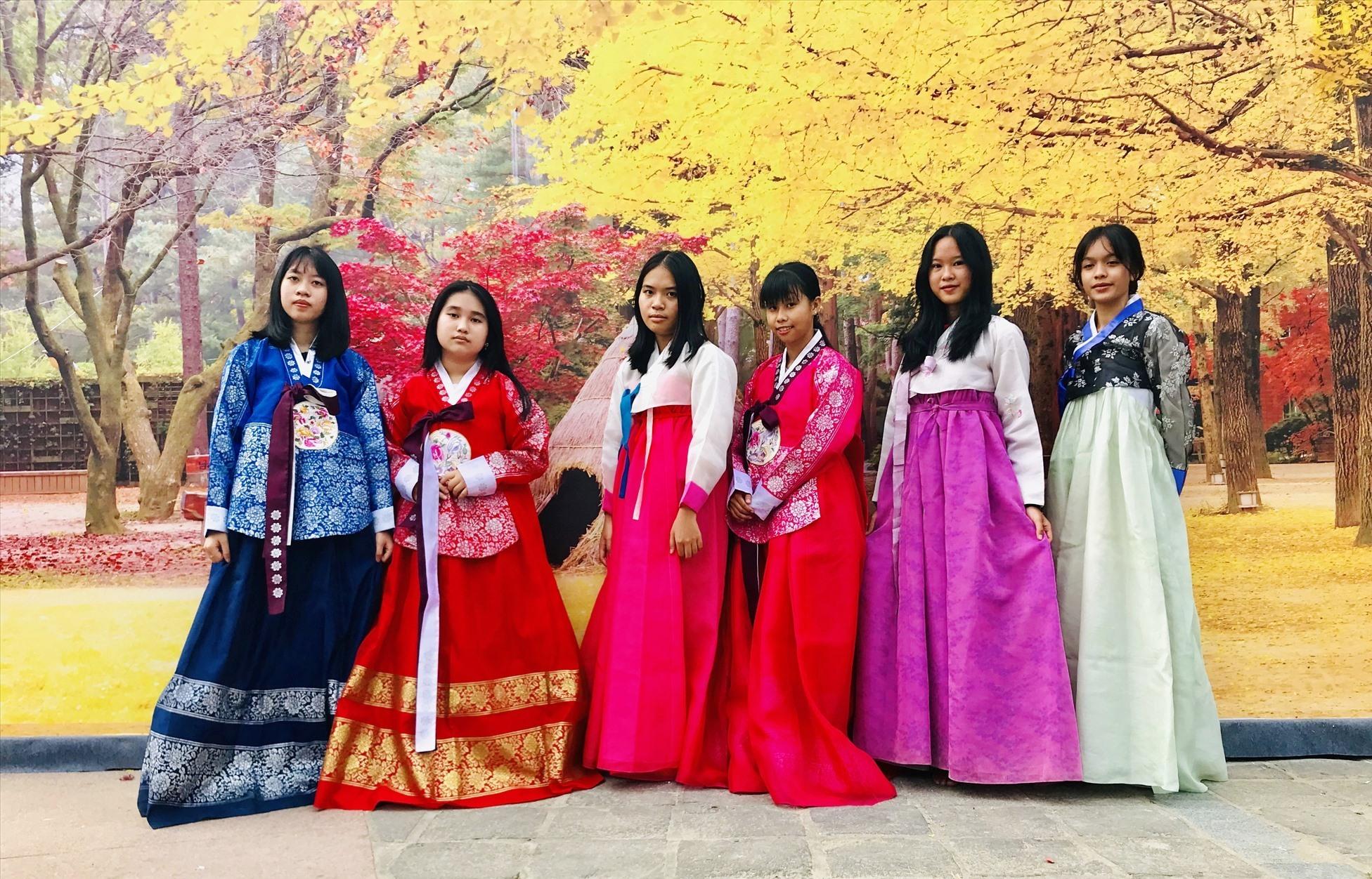 Trải nghiệm mặc trang phục truyền thống Hanbok của Hàn Quốc. Ảnh: T.Q