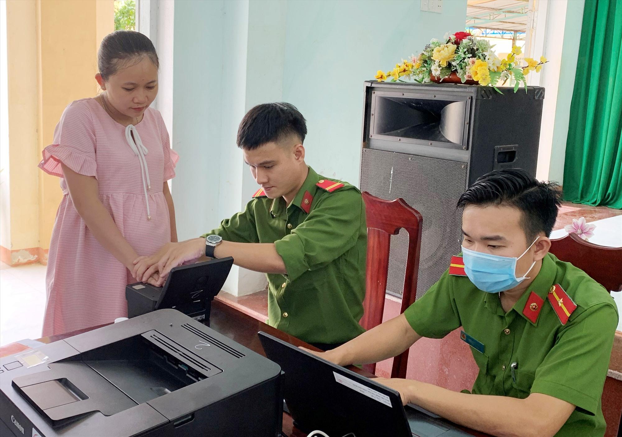 Lực lượng Công an huyện Duy Xuyên làm thủ tục cấp CCCD cho giáo viên và học sinh Trường THCS Phù Đổng. Ảnh: T.L
