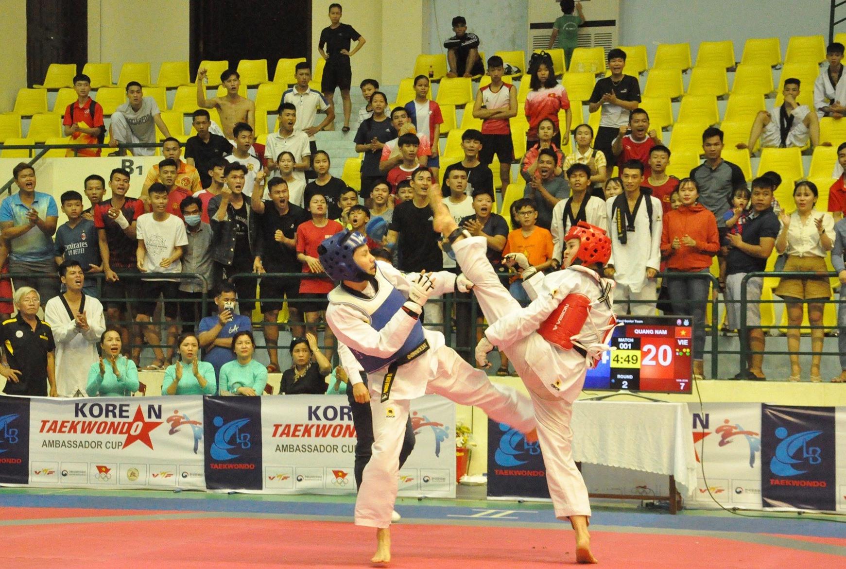 Trận chung kết đồng đội nữ trên 17 tuổi giữa Quảng Nam và Hà Nội 1, dù rất cố gắng song Trần Thị Mỹ Khanh (giáp đỏ) và đồng đội vẫn thất bại trước đối thủ quá mạnh. Ảnh: T.V
