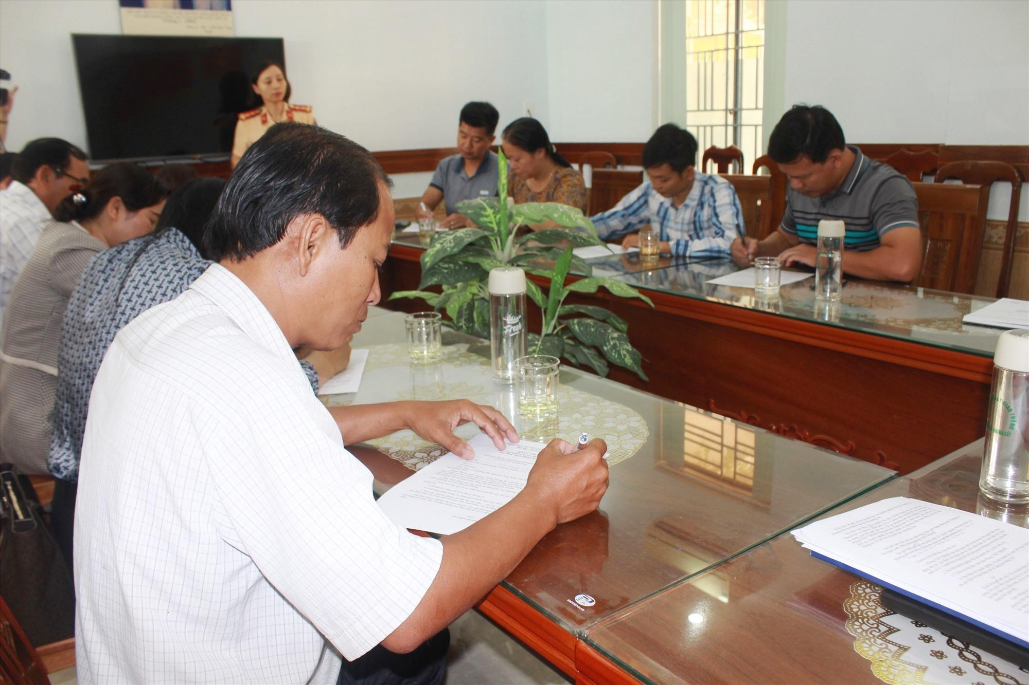 Các chủ doanh nghiệp ký cam kết với Phòng CSGT. Ảnh: T.C