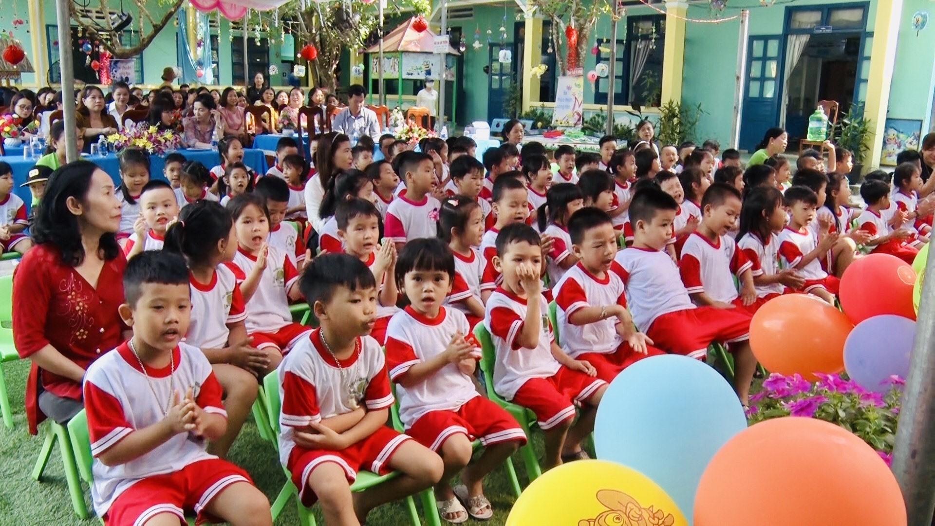 Bằng nhiều hình thức đa dạng, sáng tạo, các trường mầm non đã xây dựng hiệu quả môi trường giáo dục lấy trẻ làm trung tâm. Ảnh: TÂM LÊ