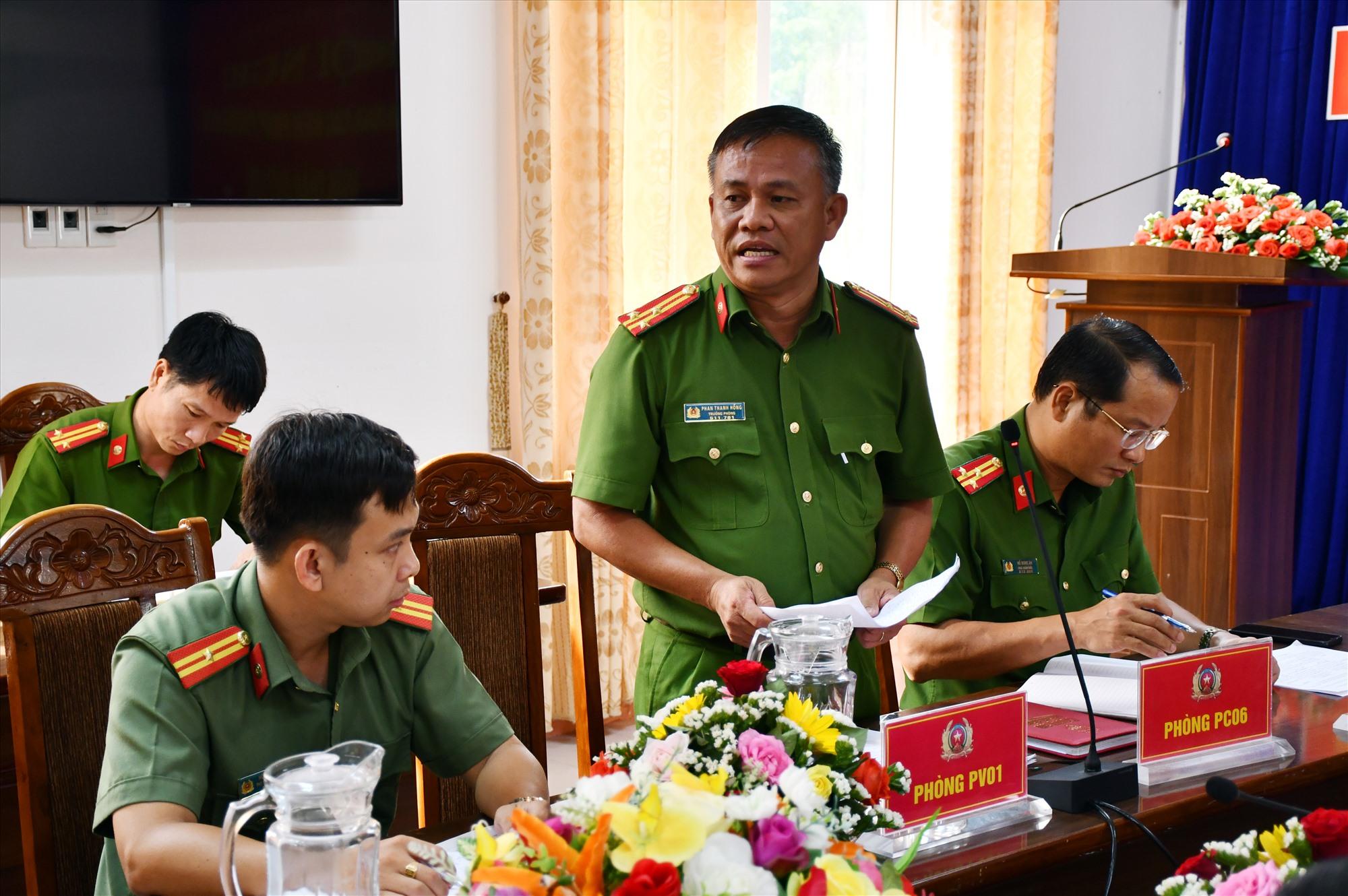 Trưởng phòng Cảnh sát QLHC về TTXH báo cáo tiến độ triển khai cấp CCCD trên địa bàn tỉnh.