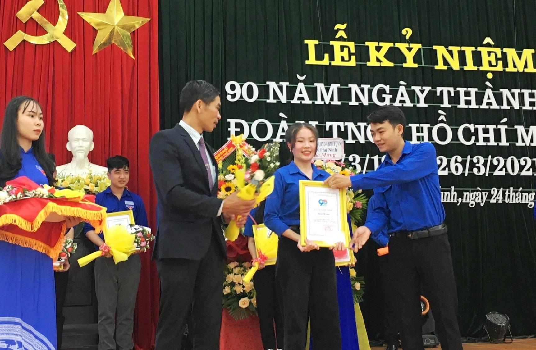 Anh Huỳnh Đức Trí (ngoài cùng bên phải) tại lễ kỷ niệm 90 năm thành lập Đoàn. Ảnh: H.C