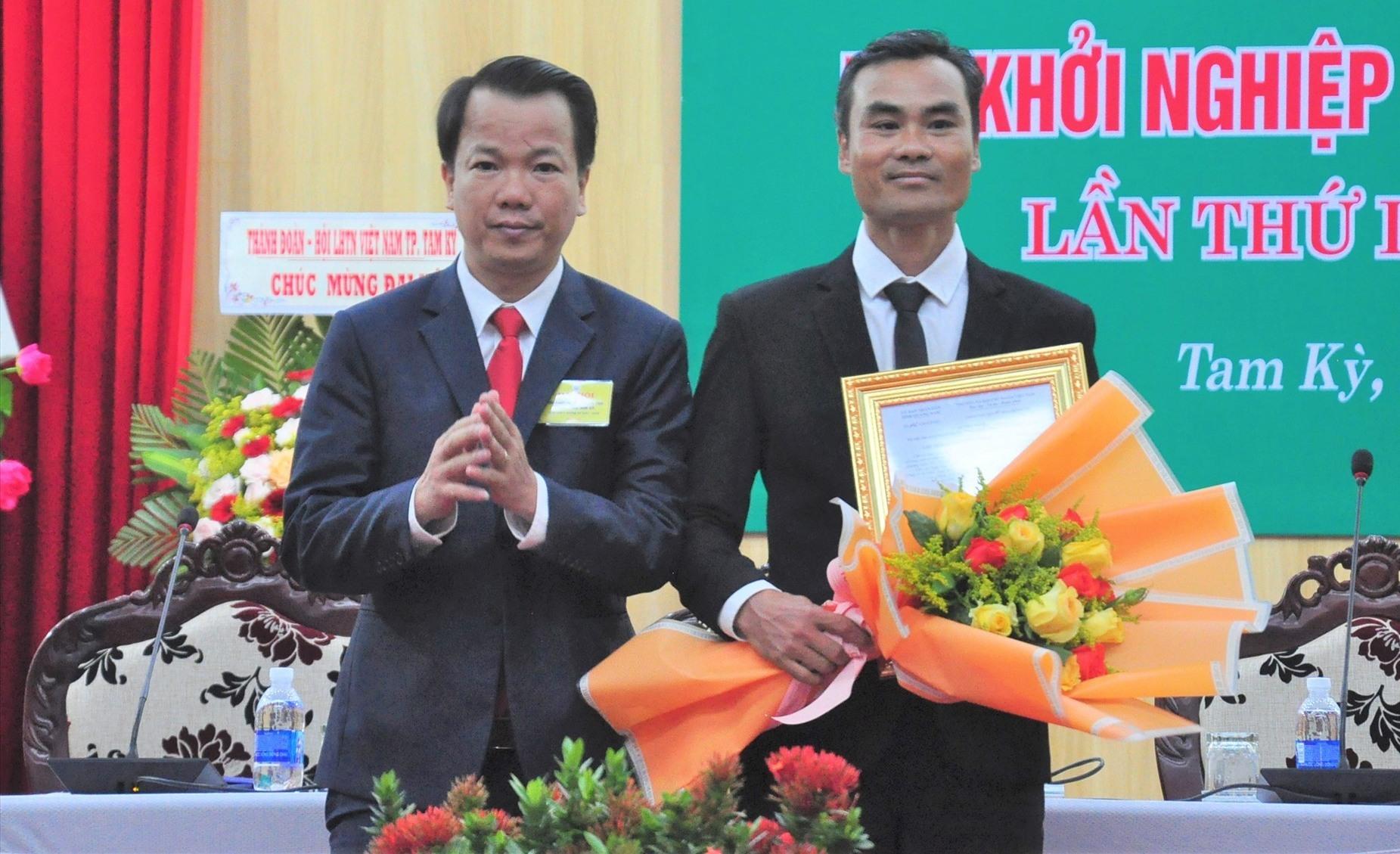 Ông Nguyễn Minh Nam - Phó Chủ tịch UBND TP.Tam Kỳ trao quyết định thành lập và tặng hoa chúc mừng Hội KN sáng tạo TP.Tam Kỳ. Ảnh: VINH ANH